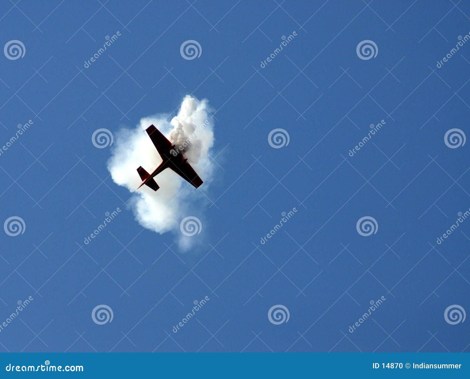L avion dans la fumée