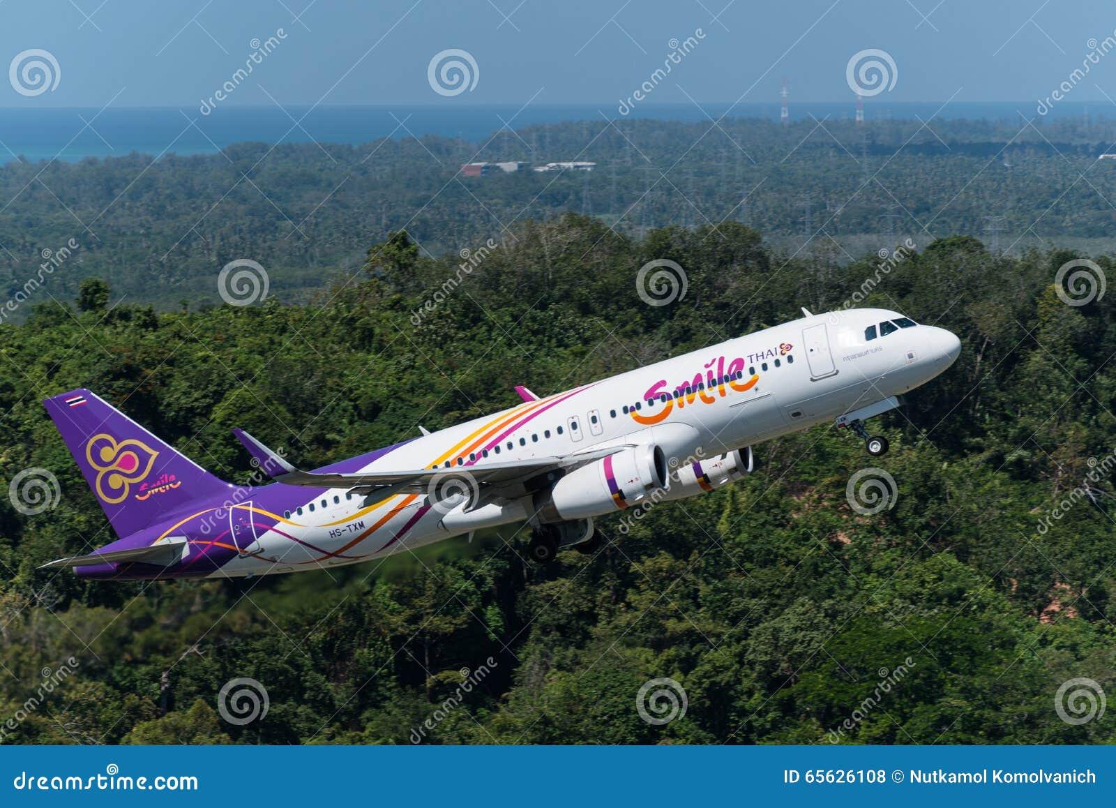 L avion thaïlandais de voies aériennes de sourire décollent à phuket