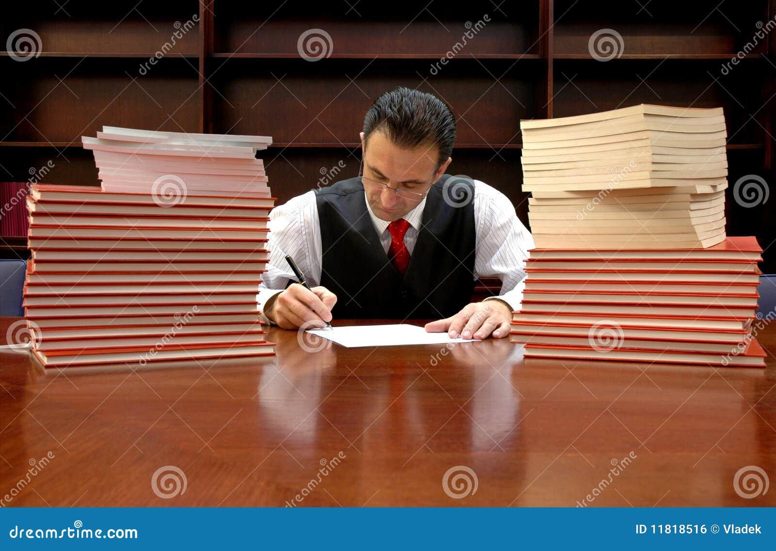 L avocat signe le contrat