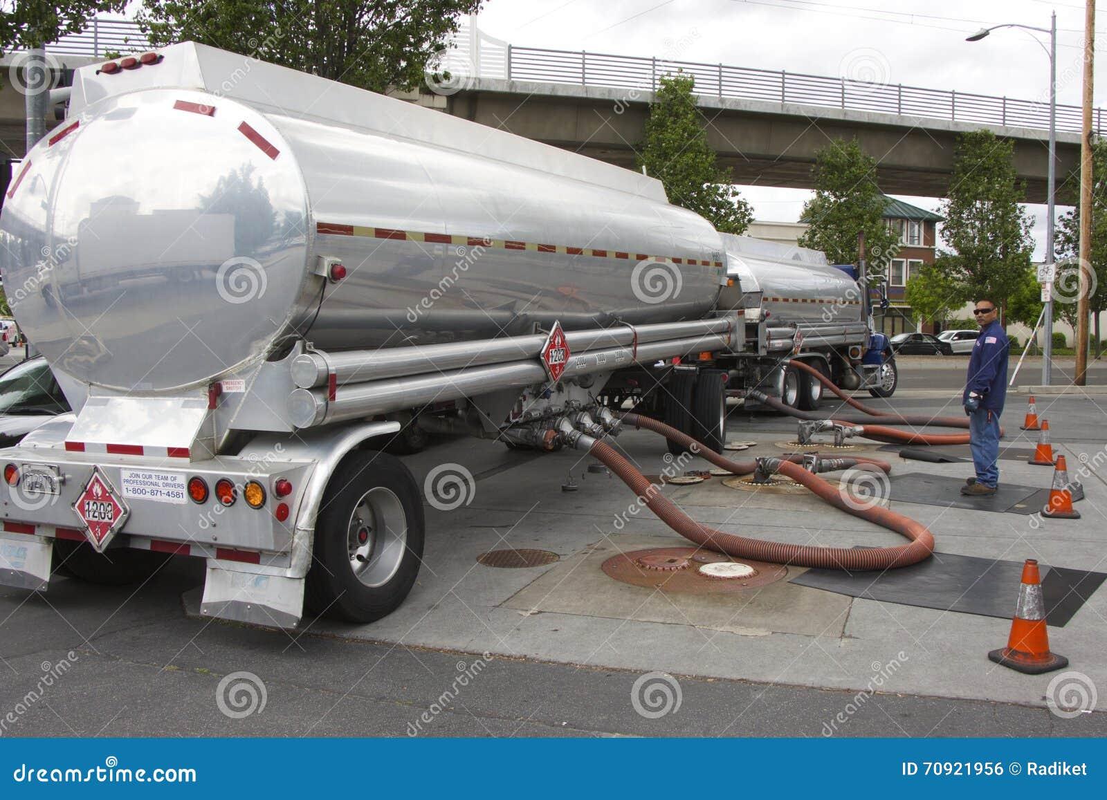 L camion-autocisterna americana fonde la benzina ad una stazione di servizio