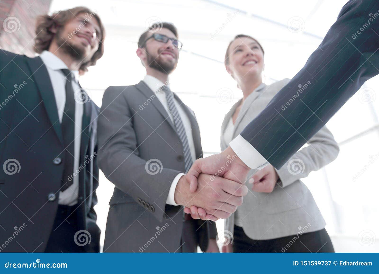 L?der empresarial que sacude las manos con el inversor
