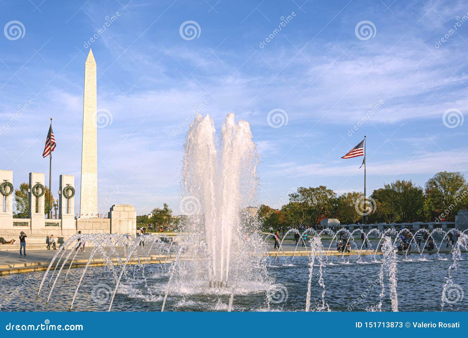 L eau éclaboussant de la fontaine au mémorial de la deuxième guerre mondiale de Washington Monument à l arrière-plan dans le Nati