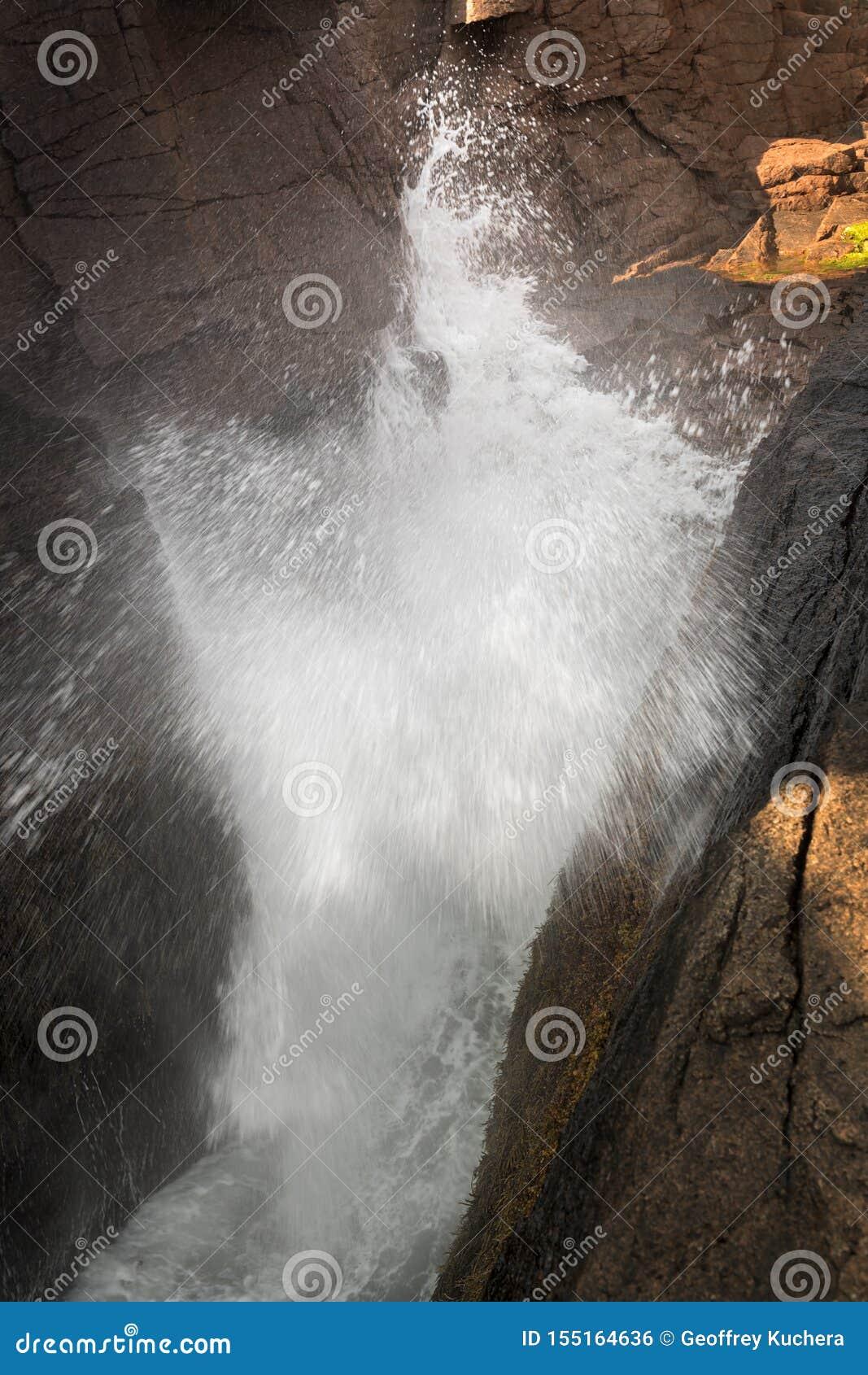 L eau éclabousse au trou de tonnerre dans le parc national d Acadia