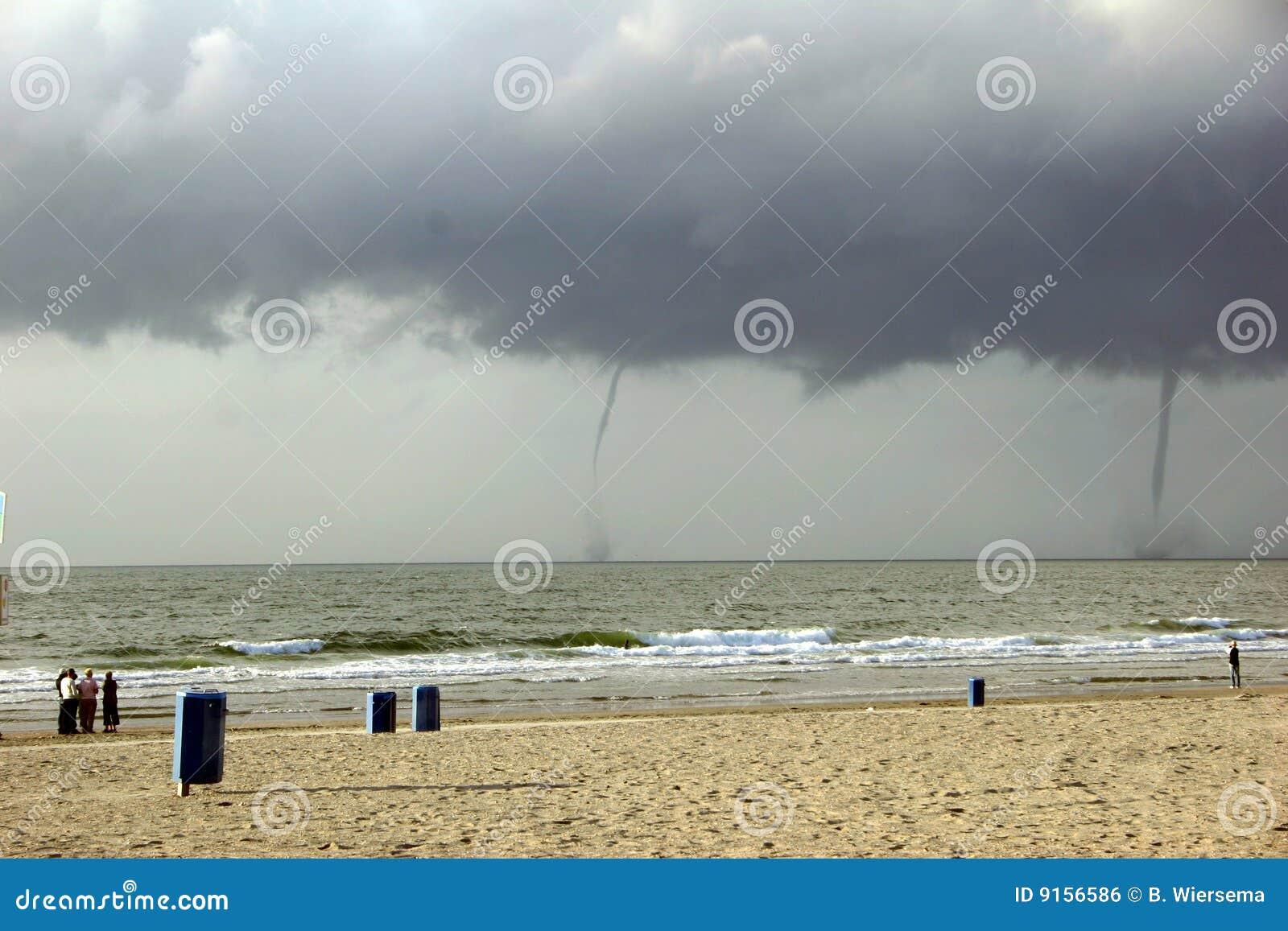 L eau abandonnée de tornade de plage