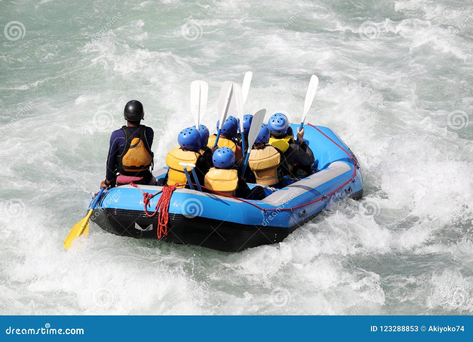 L eau blanche transportant par radeau sur les rapids du fleuve