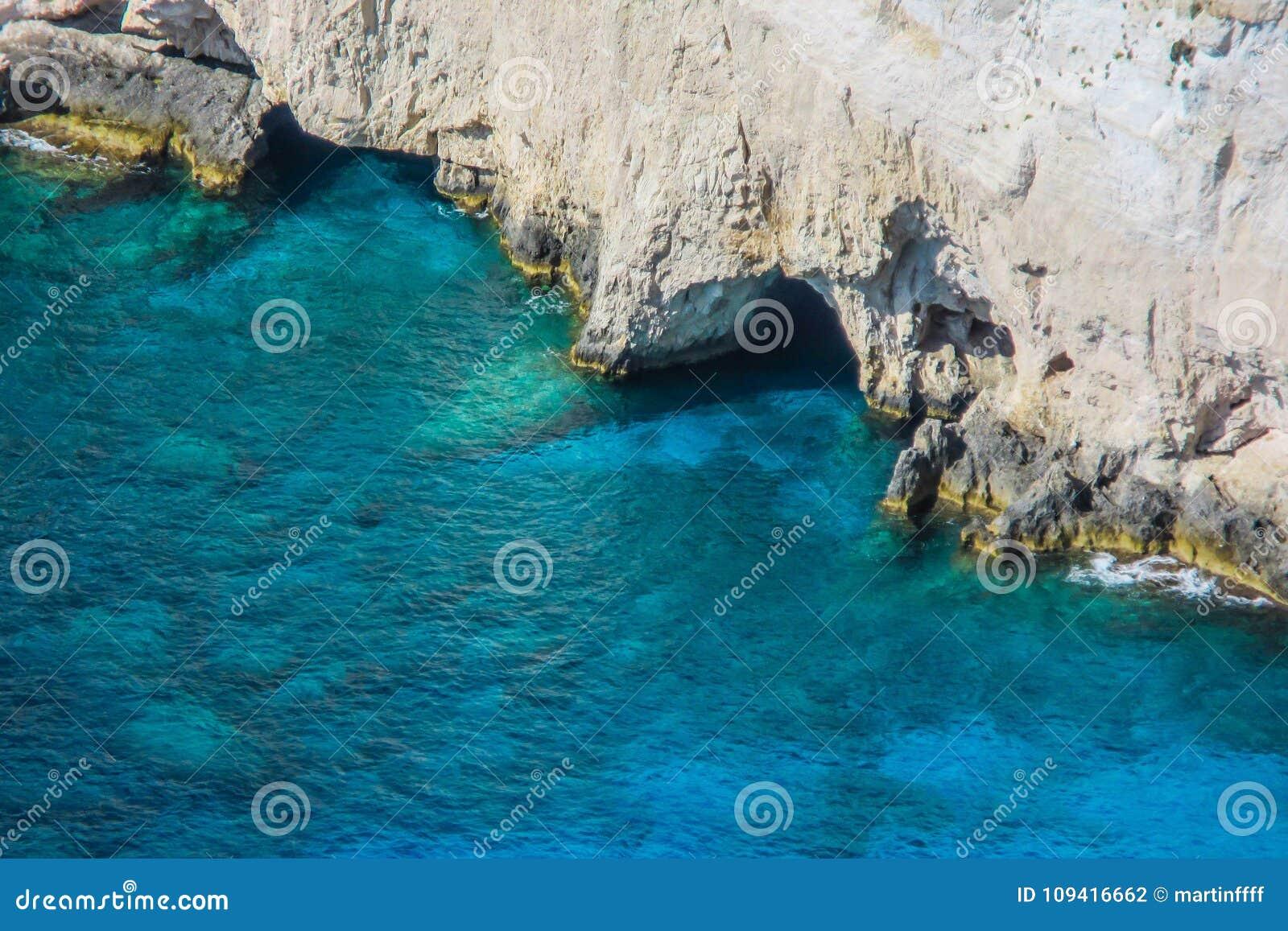 L eau bleue étonnante et roches blanches au cap de Keri, Zakynthos, Grèce