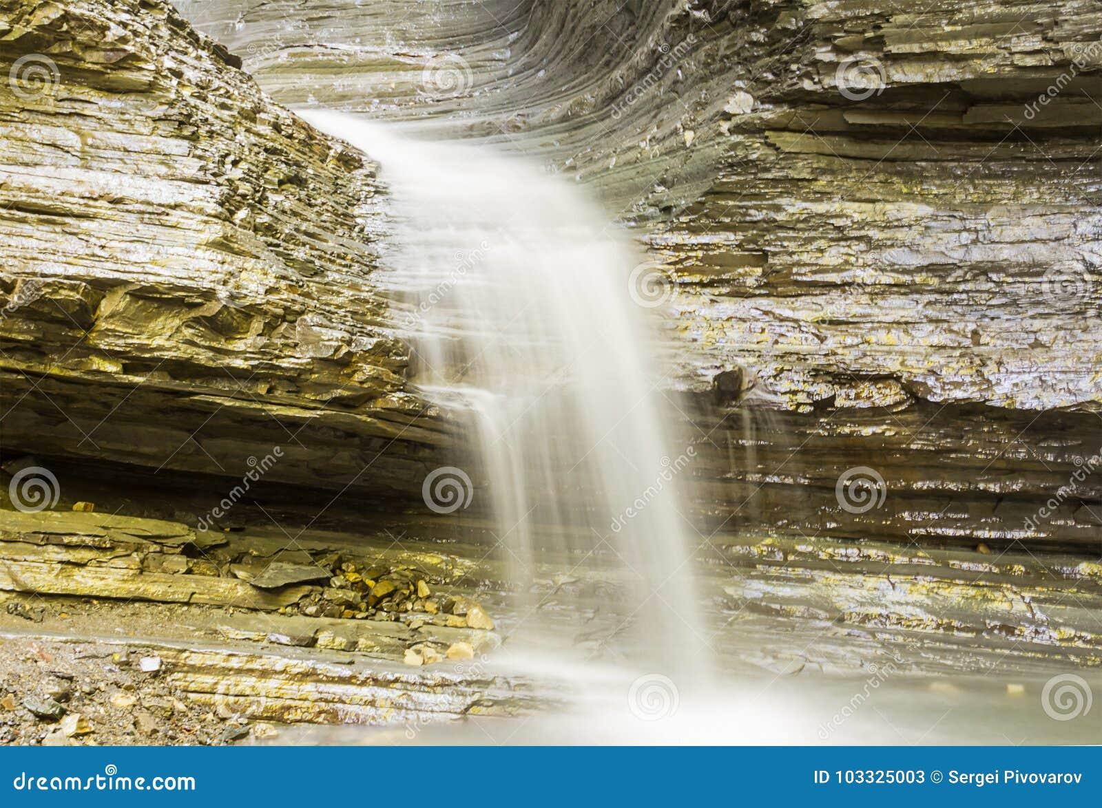L eau calme lente de filet de cascade de montagne et sens laiteux blanc de couleur de paix de l esprit