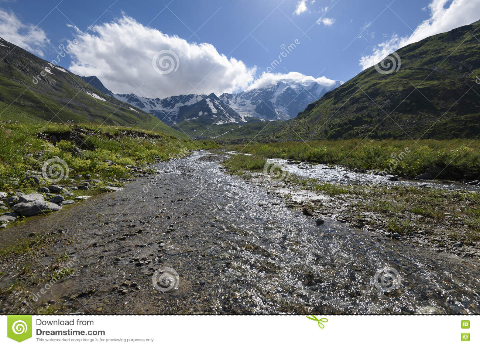 L eau clair comme de l eau de roche de la rivière en gorge de montagne