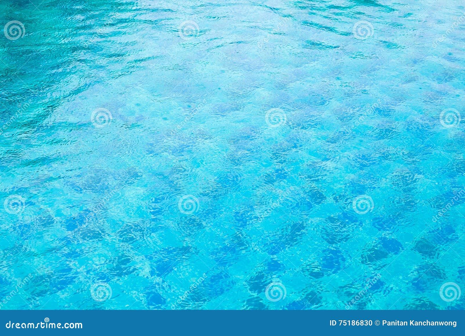 L eau déchirée par bleu dans la piscine