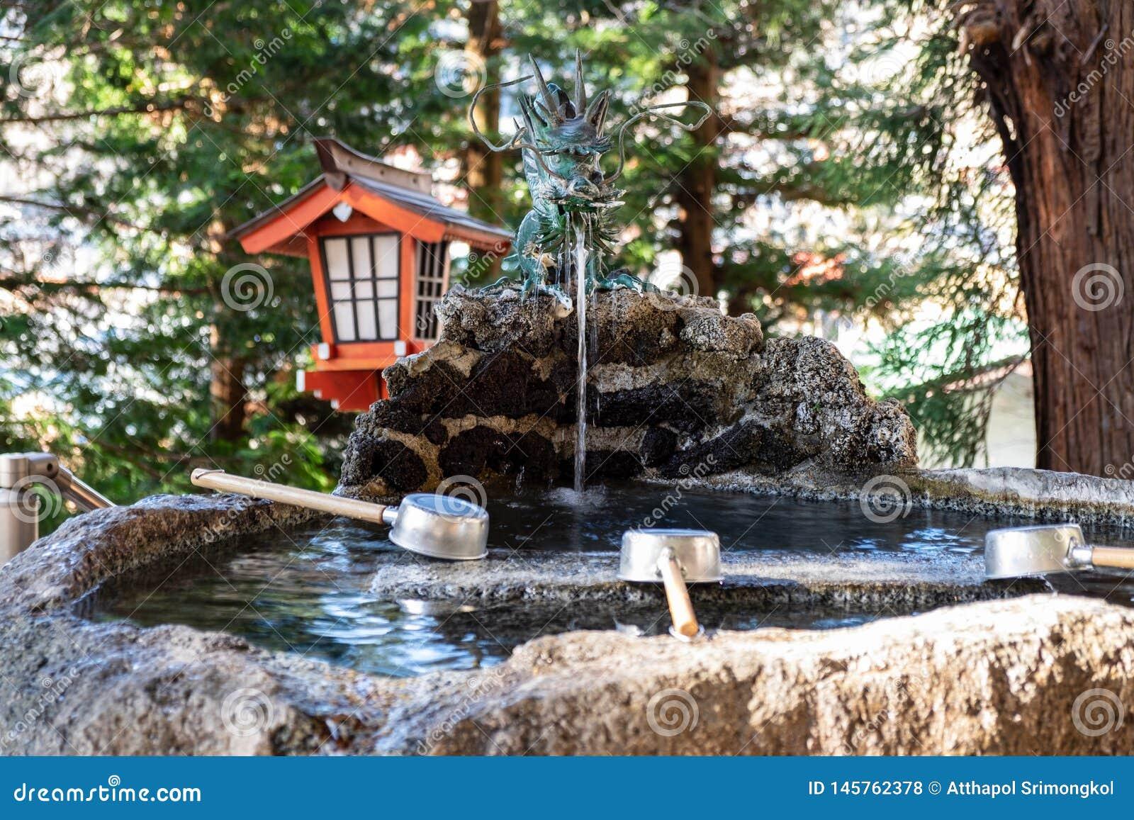 L eau dans l étang qui est considéré tombeau au Japon qui est situé dans une forêt