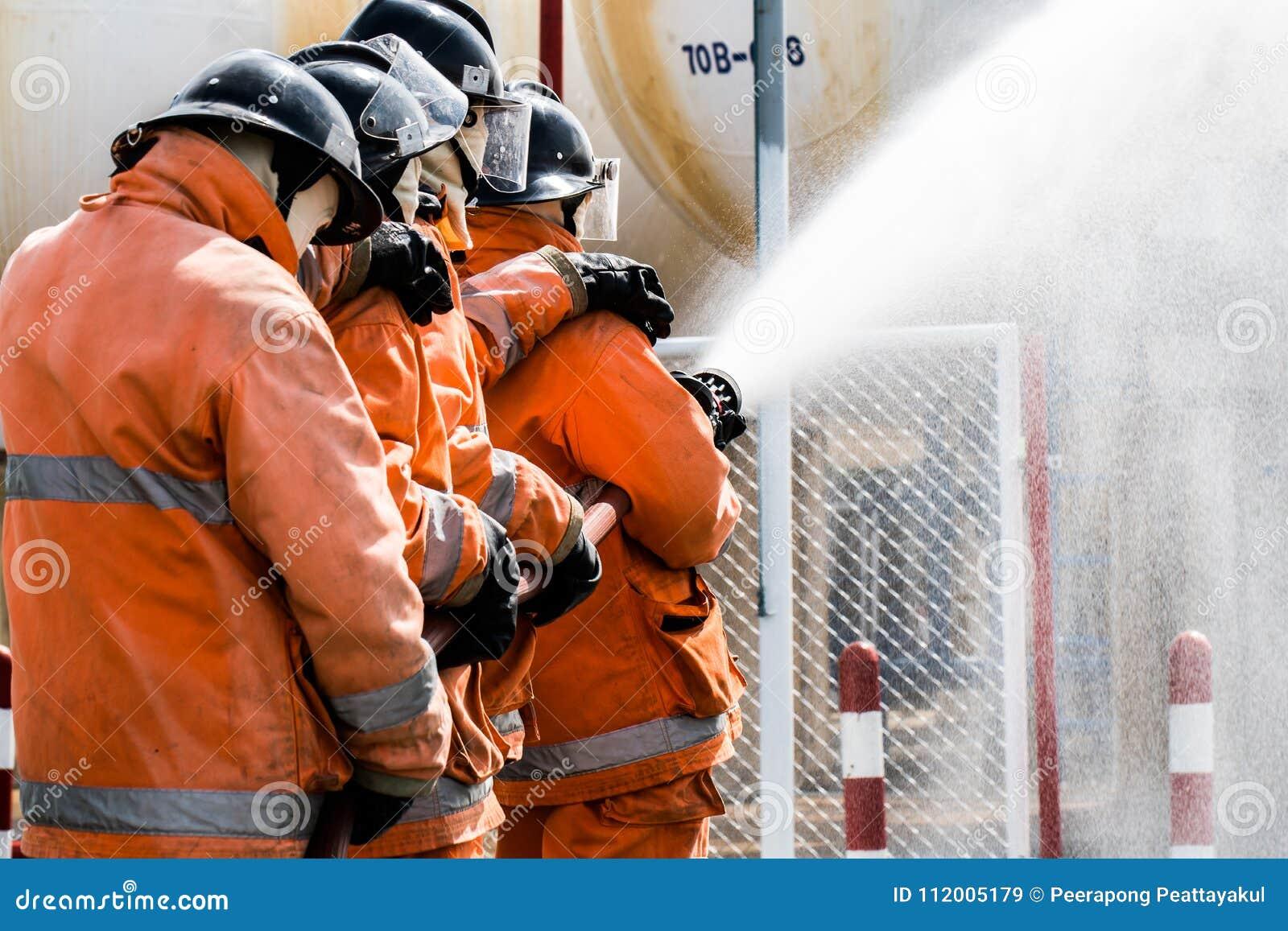 L eau de pulvérisation de sapeurs-pompiers au feu de forêt