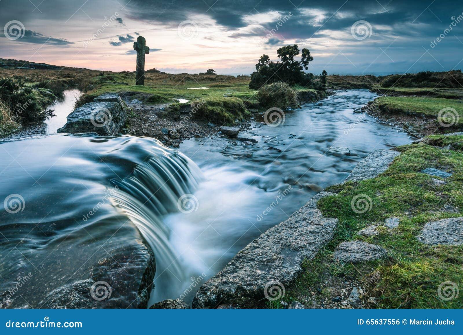 L eau entrant dans la crique sauvage