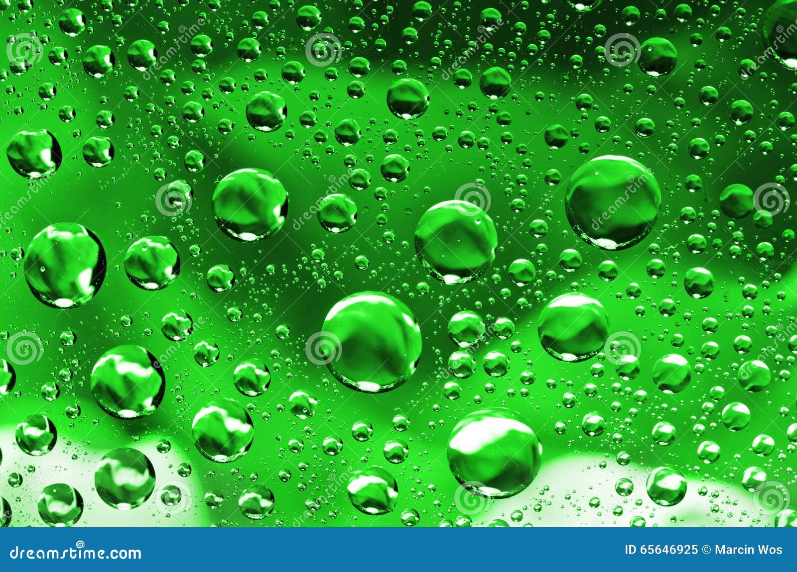 L eau laisse tomber le fond sur la surface verte Gouttelettes d eau avec la référence