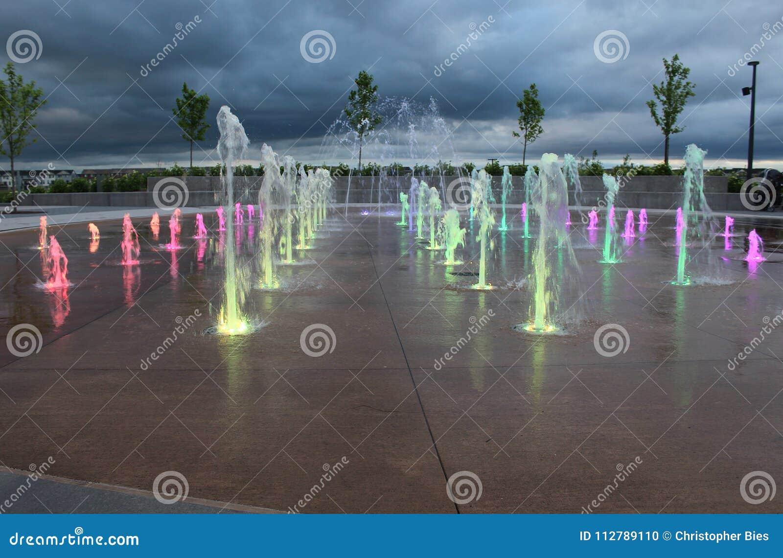 L eau multicolore injecte hors de la terre
