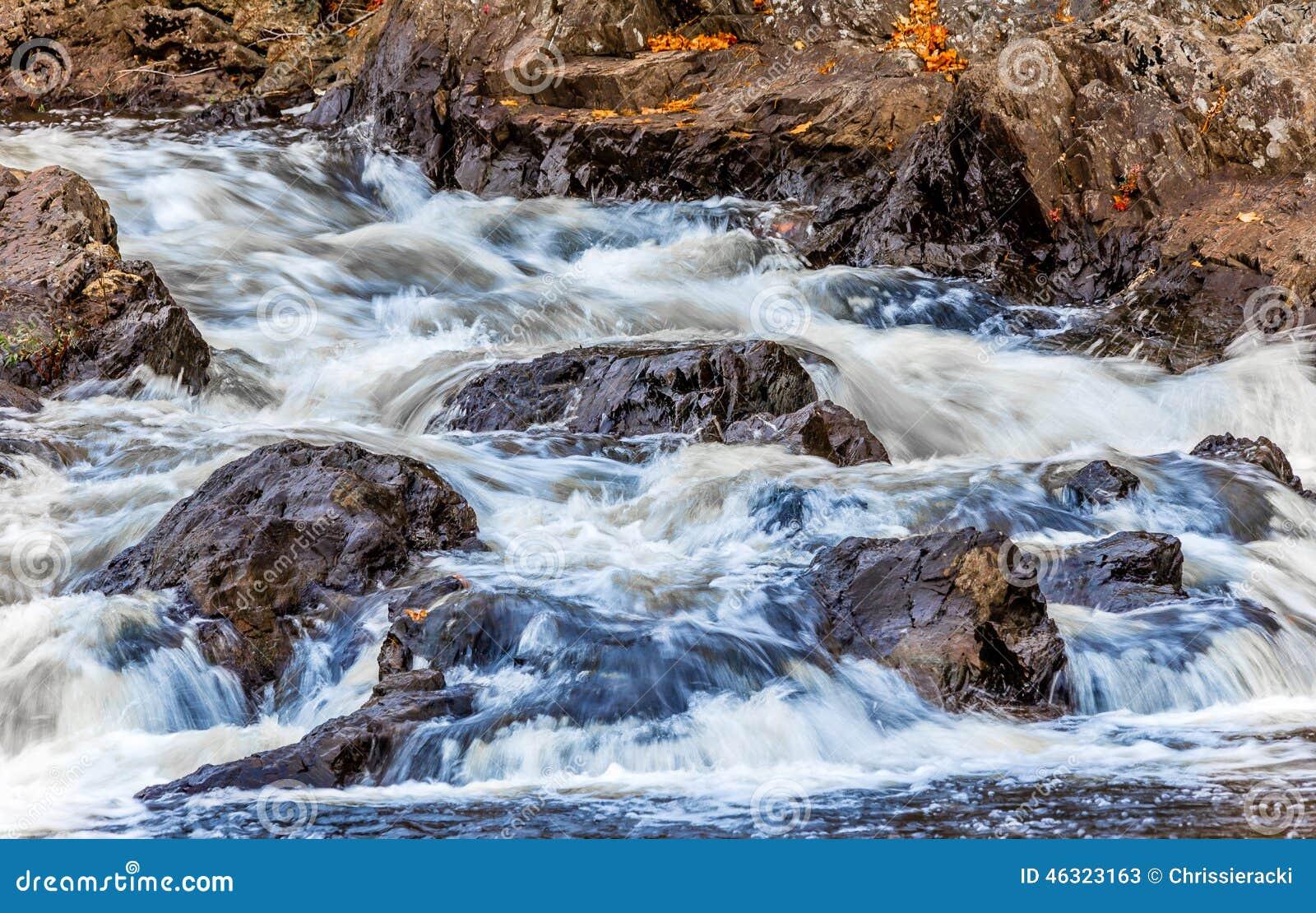 L eau se brisante dans le courant