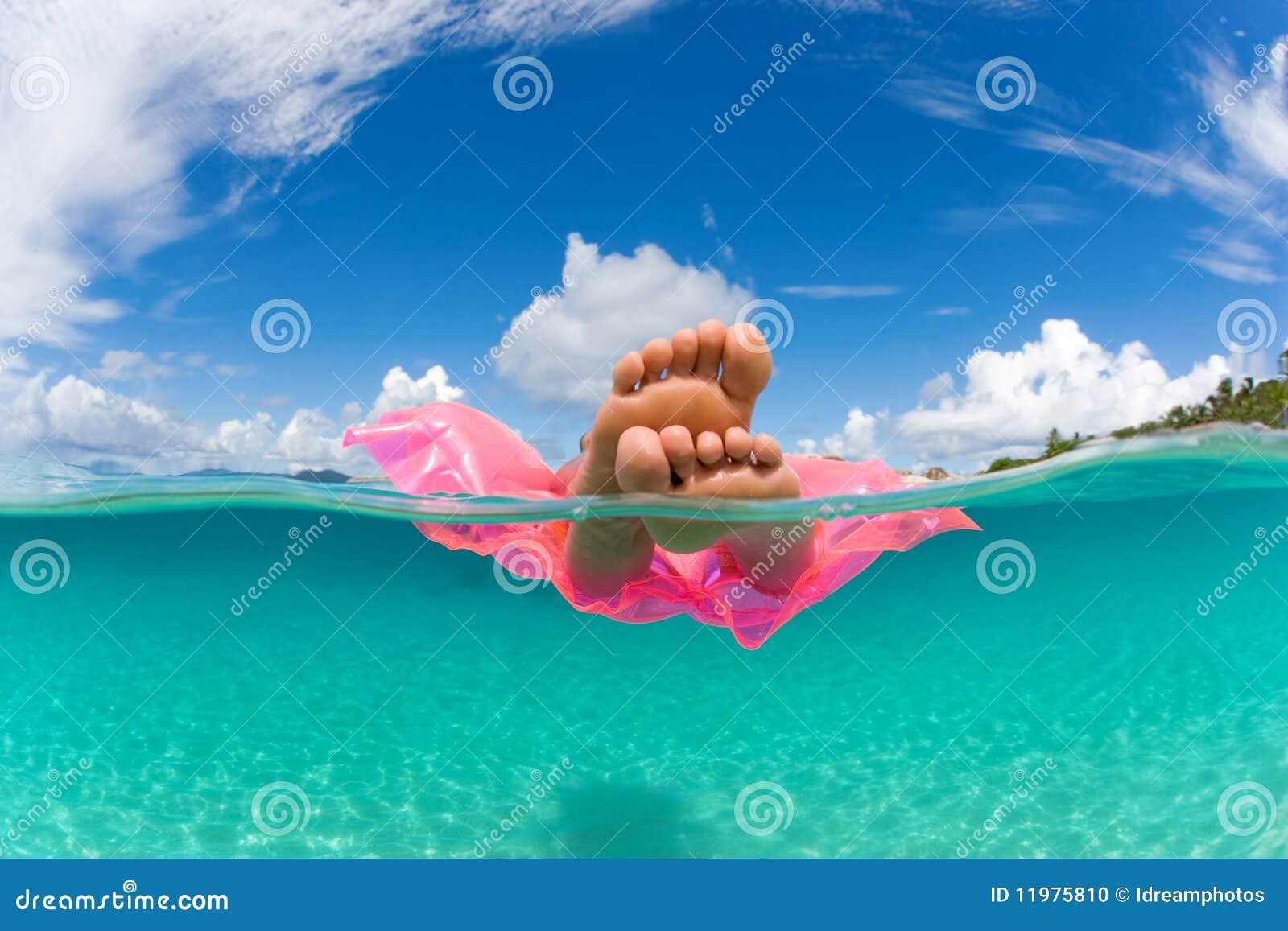 L eau tropicale de radeau de flotteur de femme