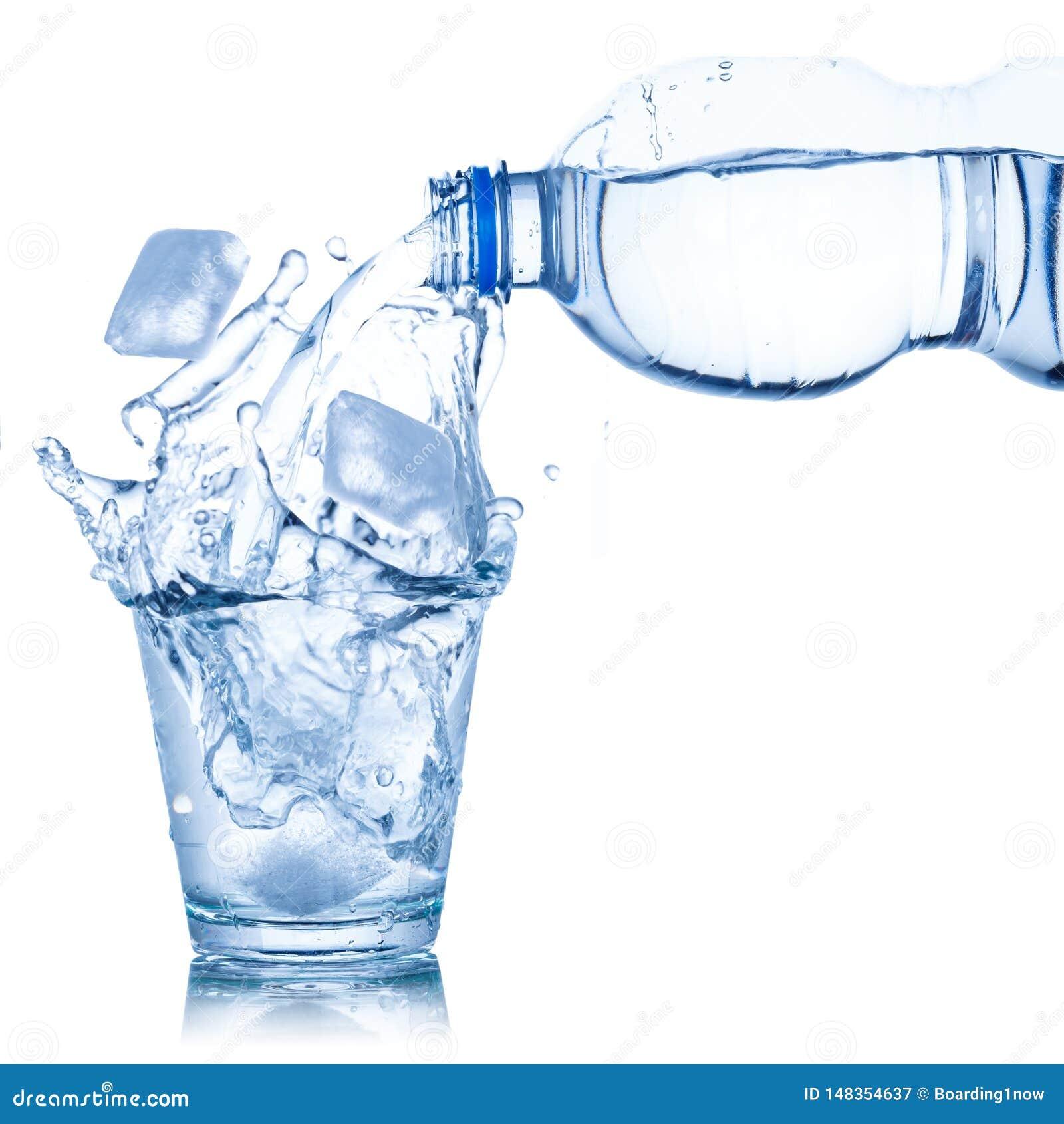 L eau versant dans le glaçon en verre d isolement sur le blanc