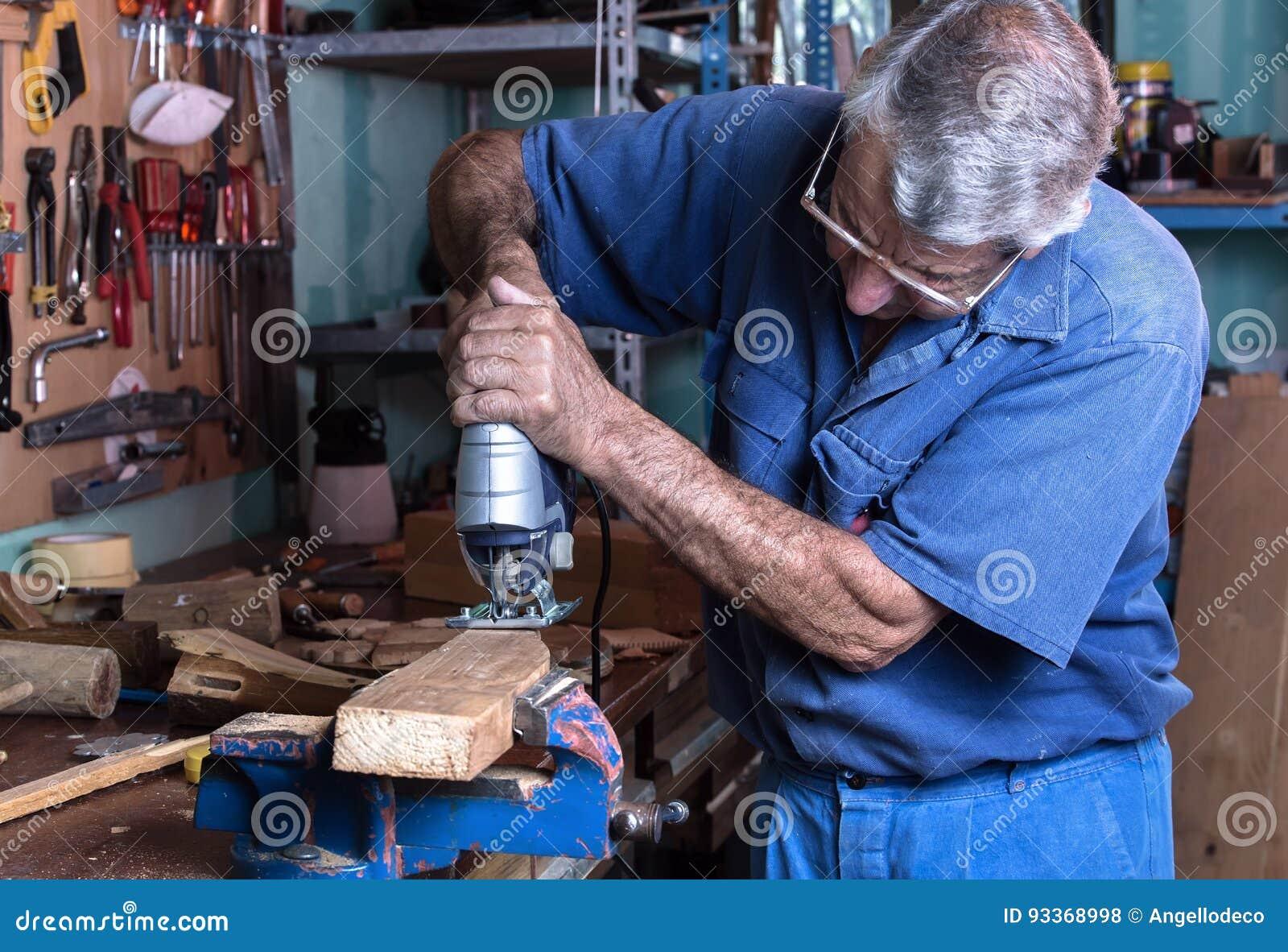 Banchi Da Lavoro Per Laboratorio Analisi : L ebanista che lavora con il legno ha visto nel banco da lavoro in