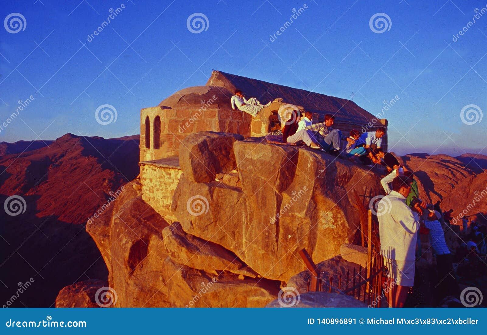 L Egitto: Pellegrini e turisti ad alba sopra il supporto Mosè in Sinai