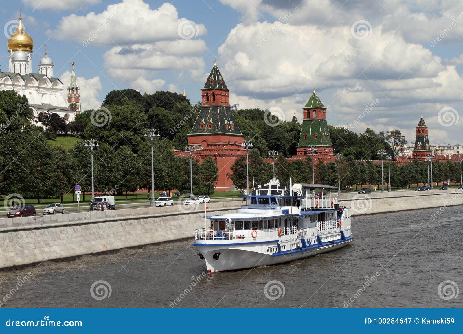 L embarcation de plaisance moderne navigue le long de la rivière près de Moscou Kreml