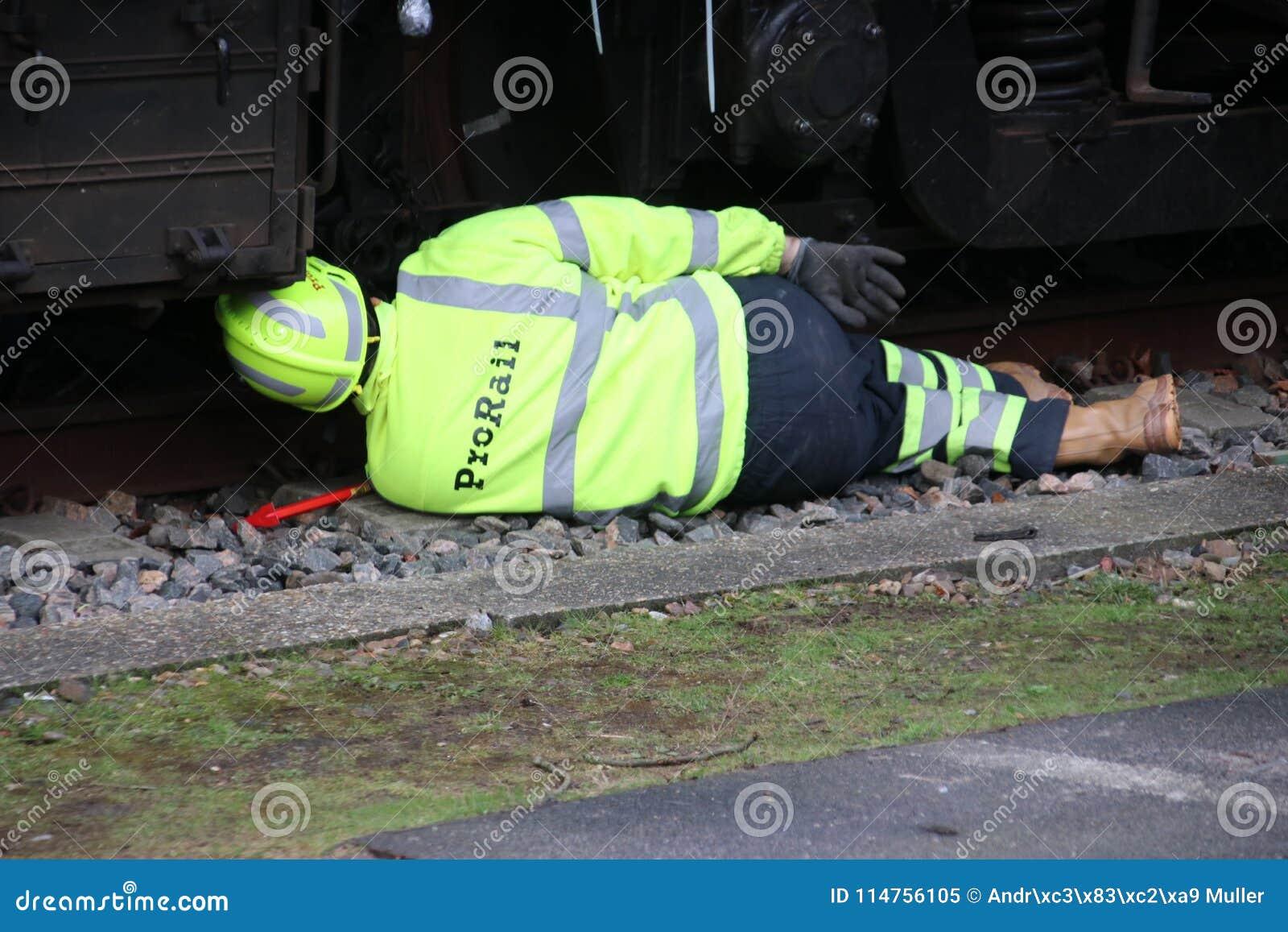 L employé de Prorail travaille à un déraillement d un train