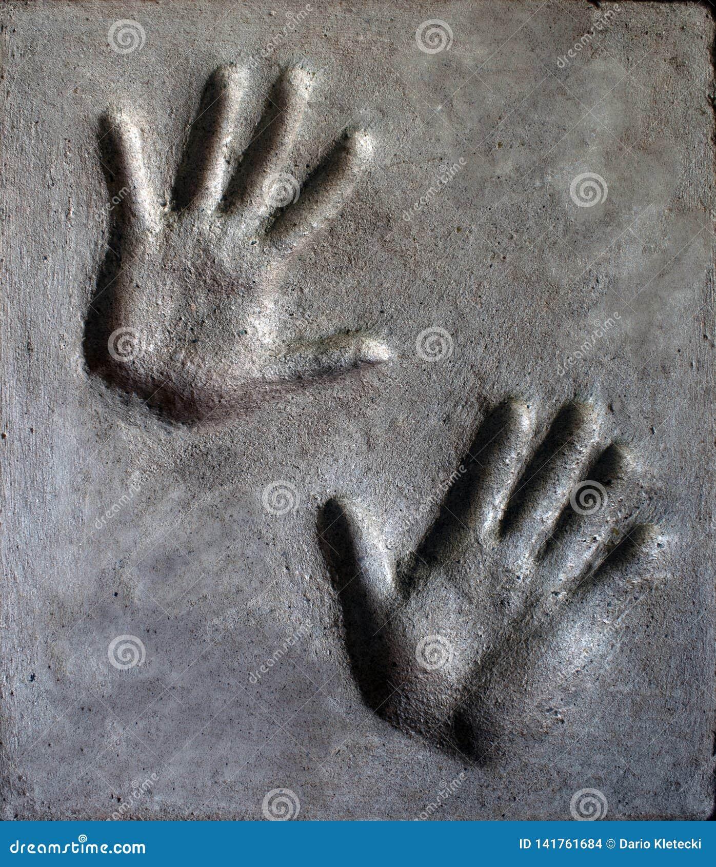 L empreinte de homme et la main de la femme en mortier