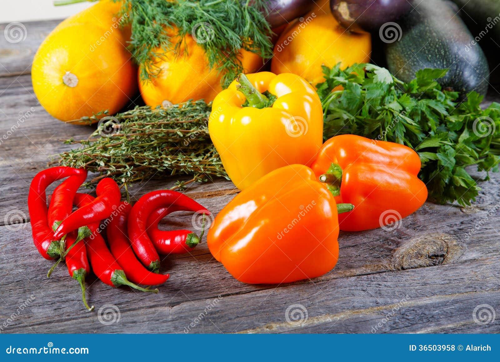 L Encore-vie des légumes sur une table