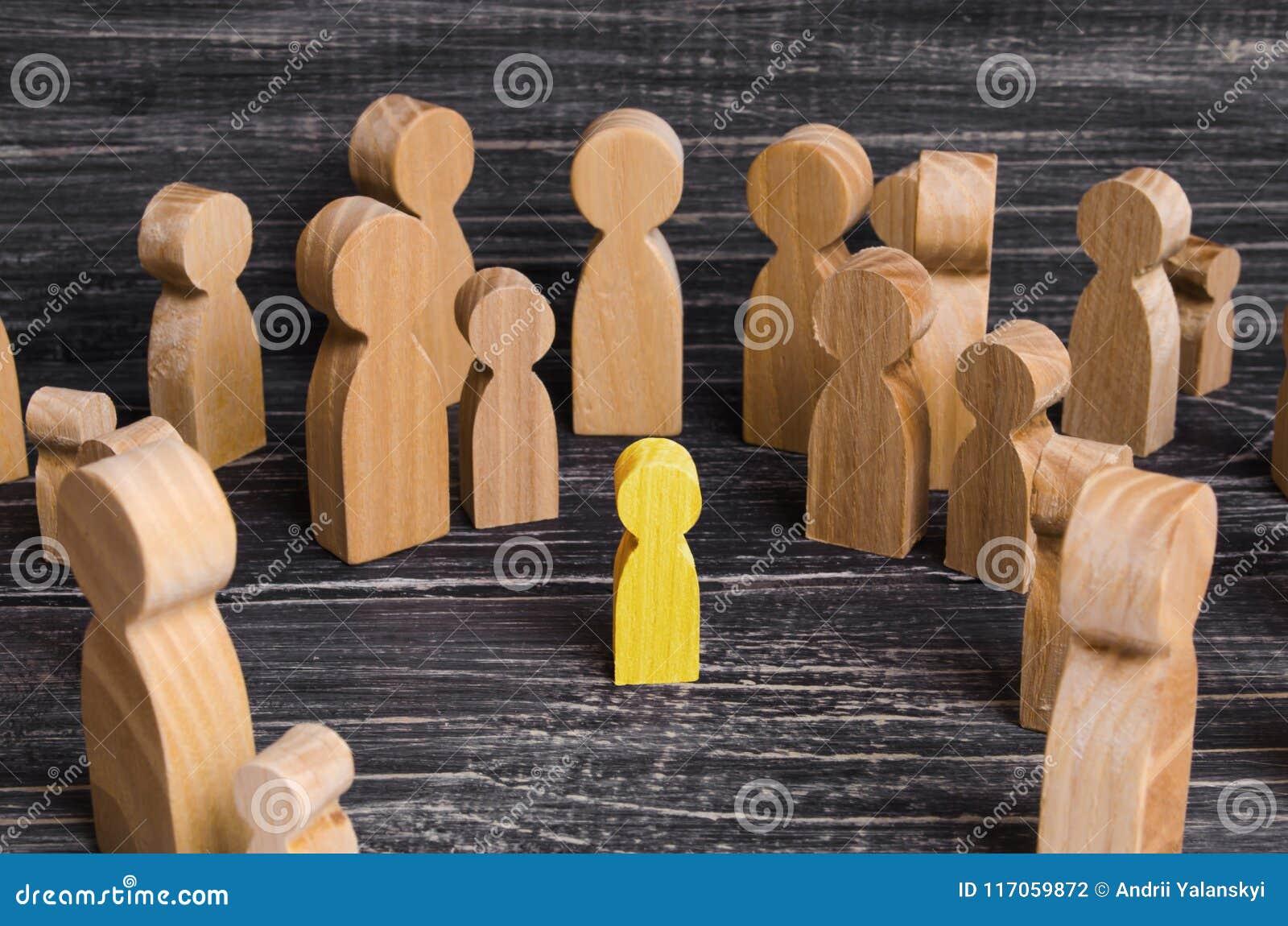 L enfant a été perdu dans la foule Une foule des chiffres en bois