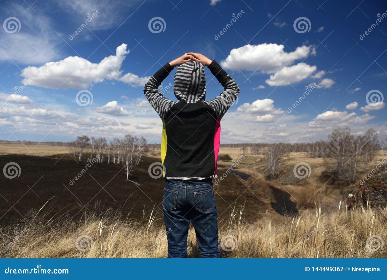 L enfant admire le paysage de ressort