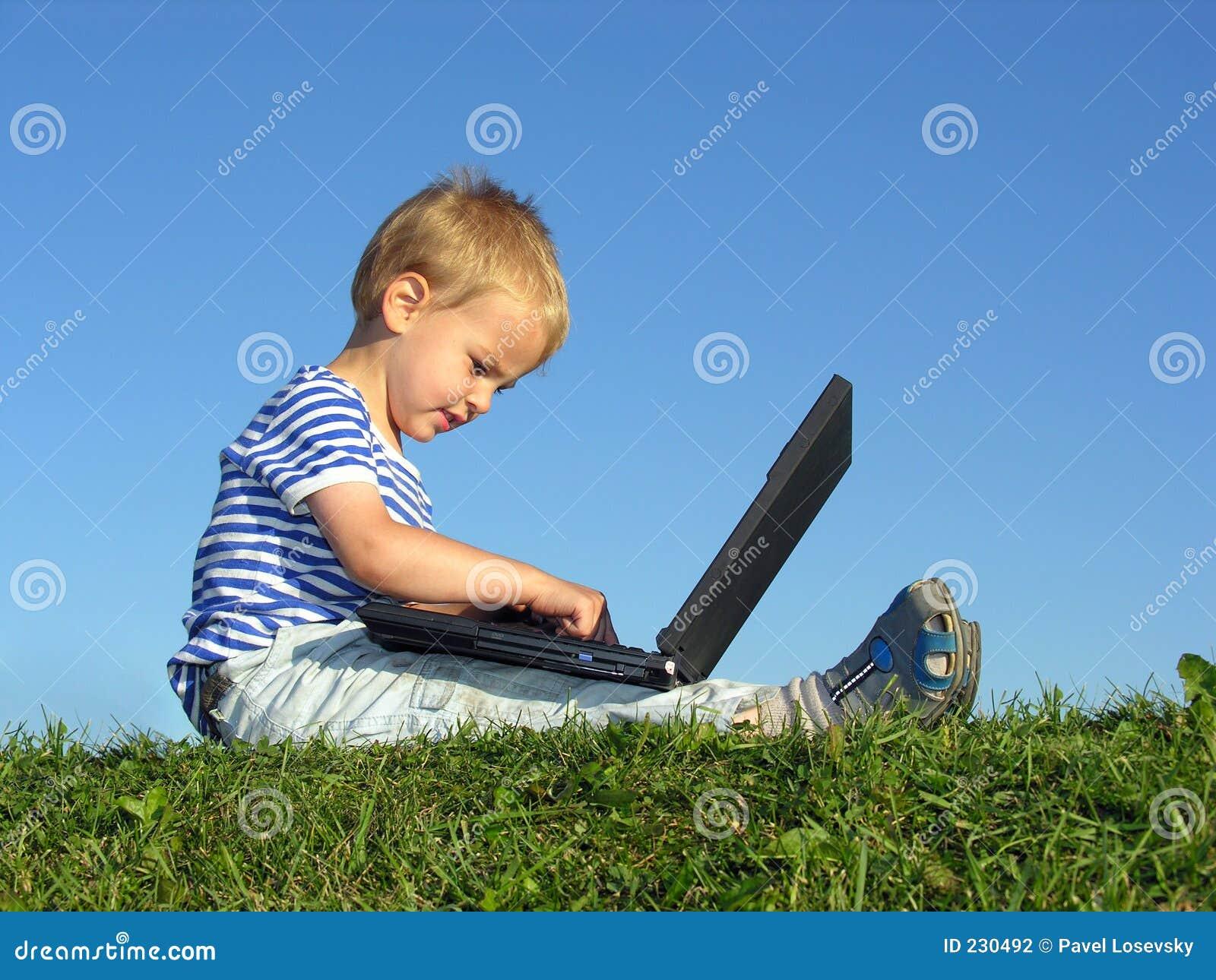 L enfant avec le cahier reposent le ciel bleu
