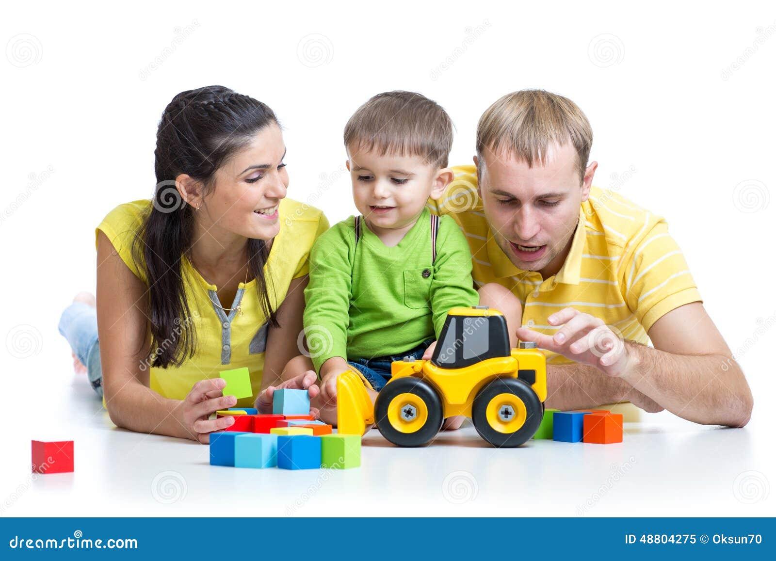 l 39 enfant avec ses parents jouent des jouets de blocs constitutifs image stock image 48804275. Black Bedroom Furniture Sets. Home Design Ideas