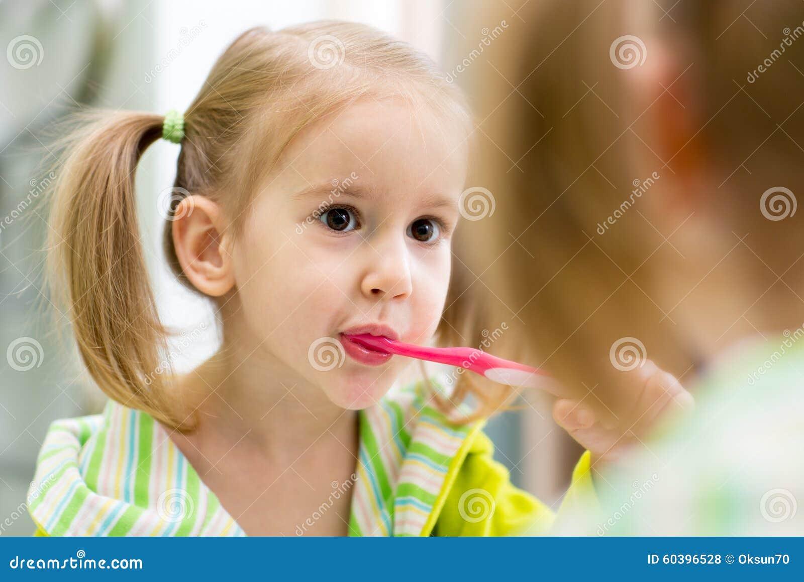 L 39 enfant brosse des dents regardant le miroir dans la for Regard dans le miroir