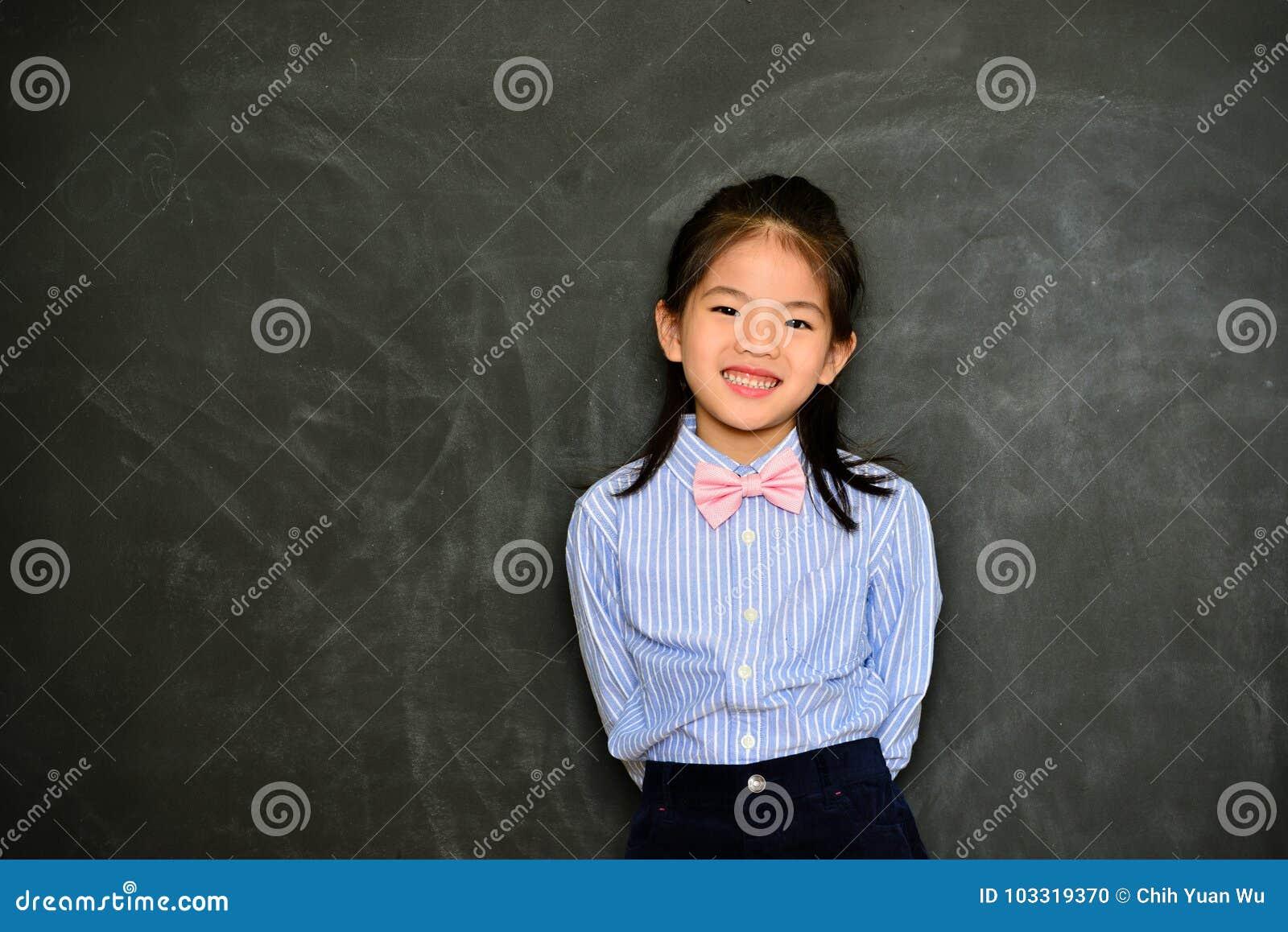 L enfant de fille assez petite s habillent comme maître d école
