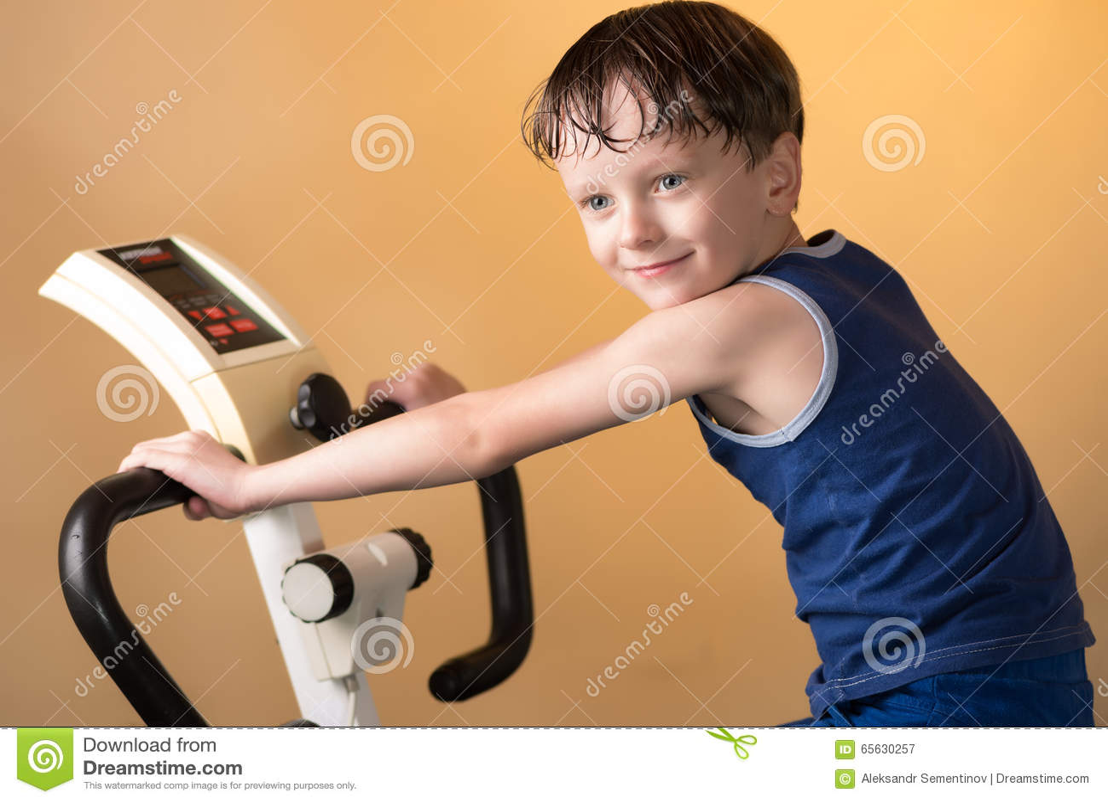 L enfant est formé sur un vélo stationnaire Style de vie sain