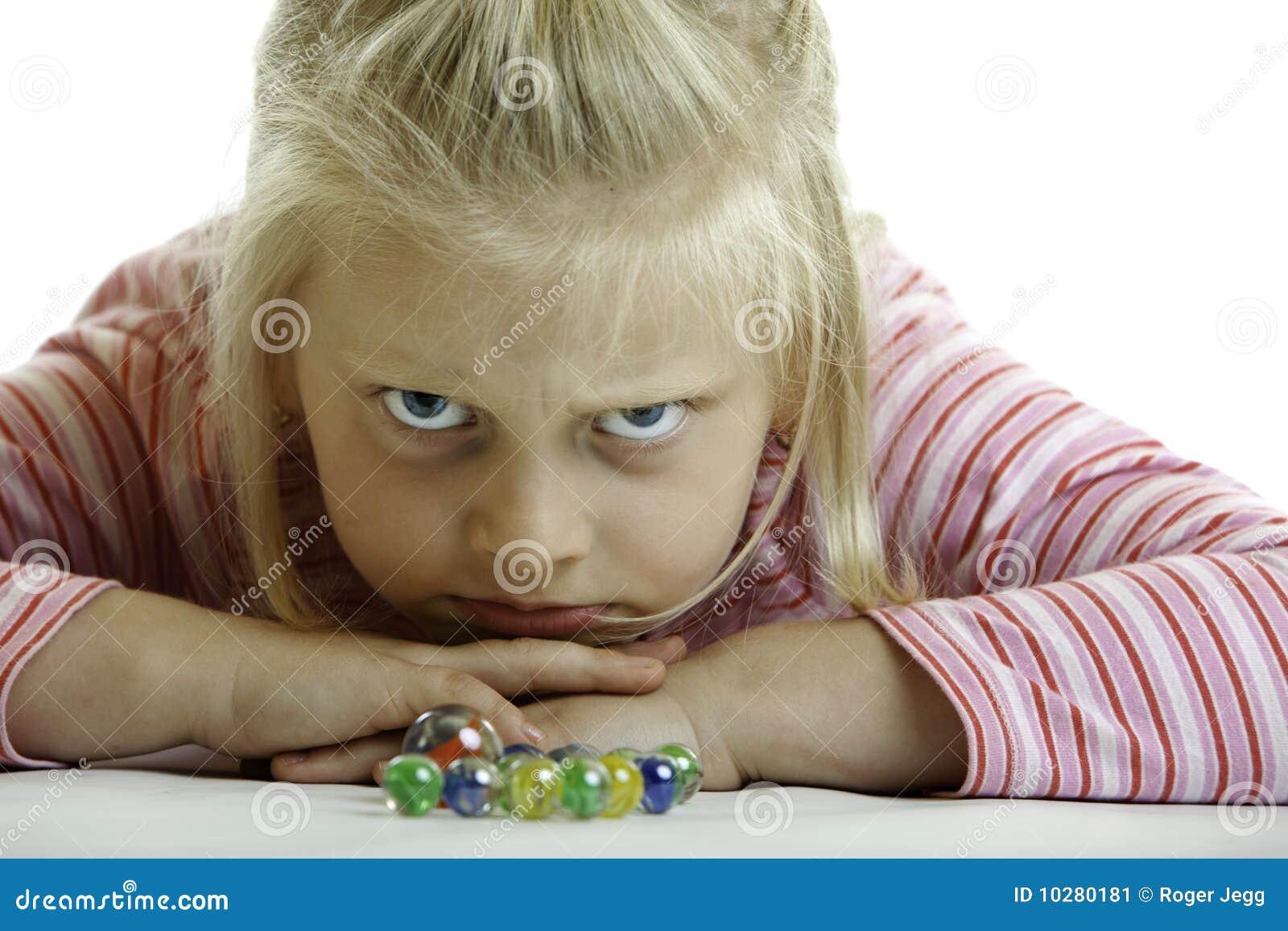 L enfant fâché se trouve sur l étage