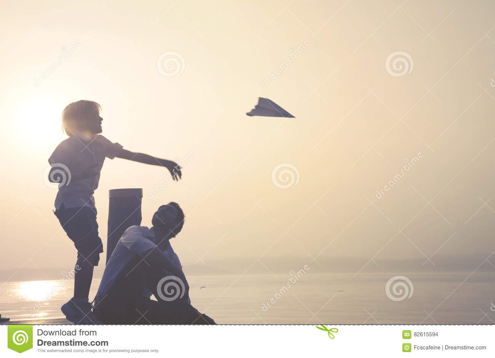 L enfant fait à mouche son avion de papier