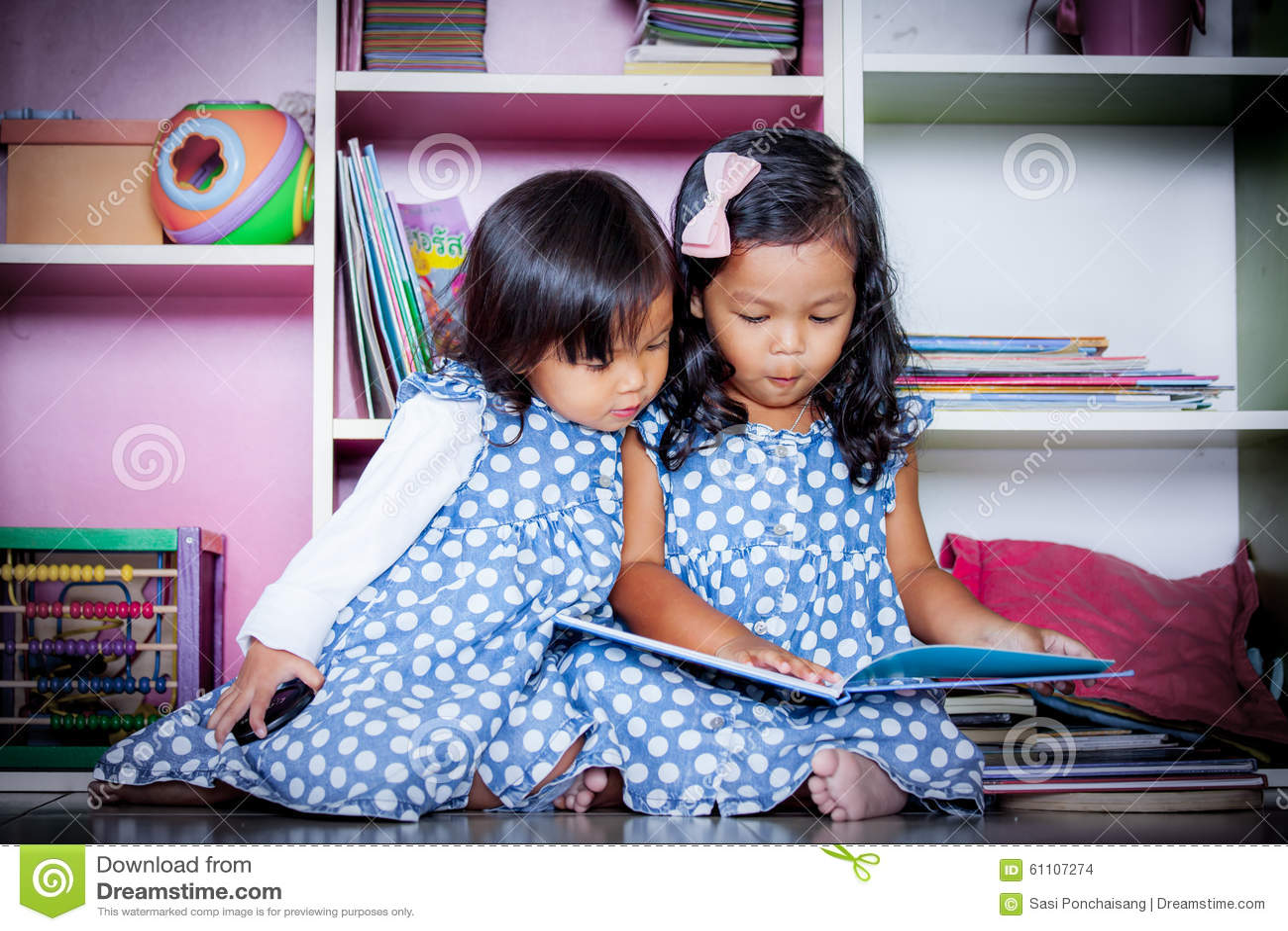 L enfant a lu, livre de lecture mignon de deux petites filles ensemble sur des livres