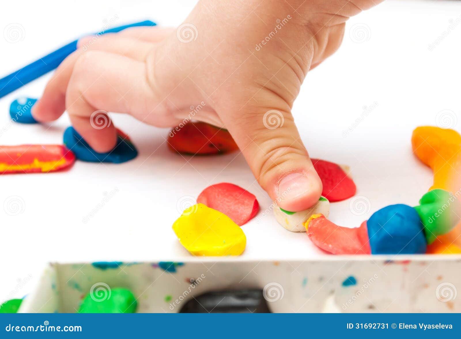 L 39 enfant moule de la p te modeler sur la table mains avec de la p te modeler image stock - Table a repasser avec les mains ...