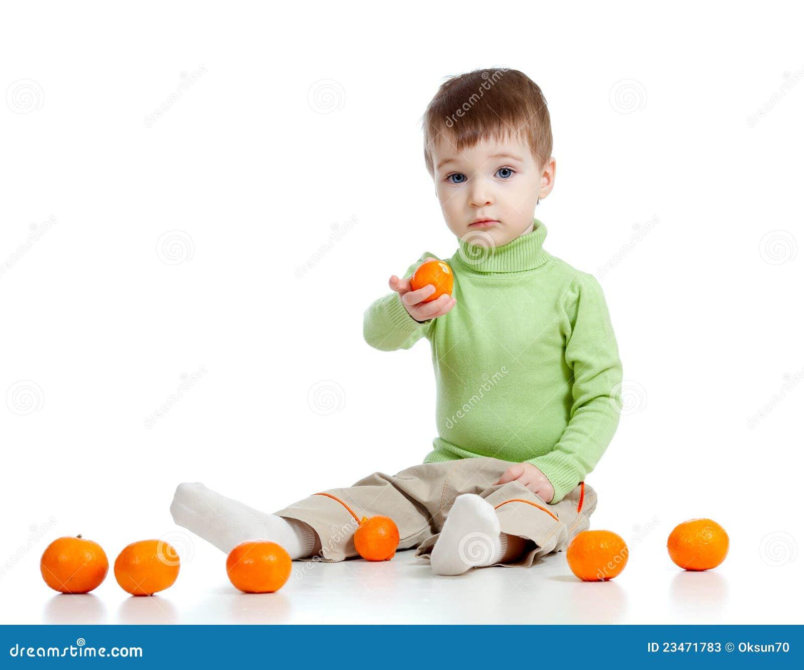 L enfant offre à des fruits la nourriture saine
