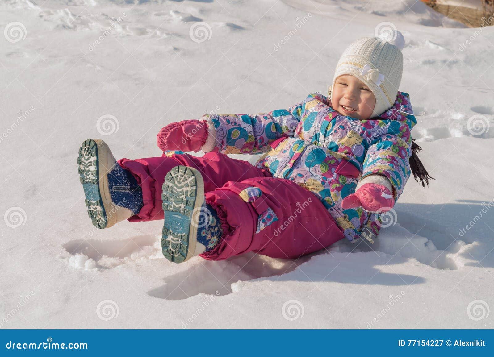 L enfant se trouve sur la neige
