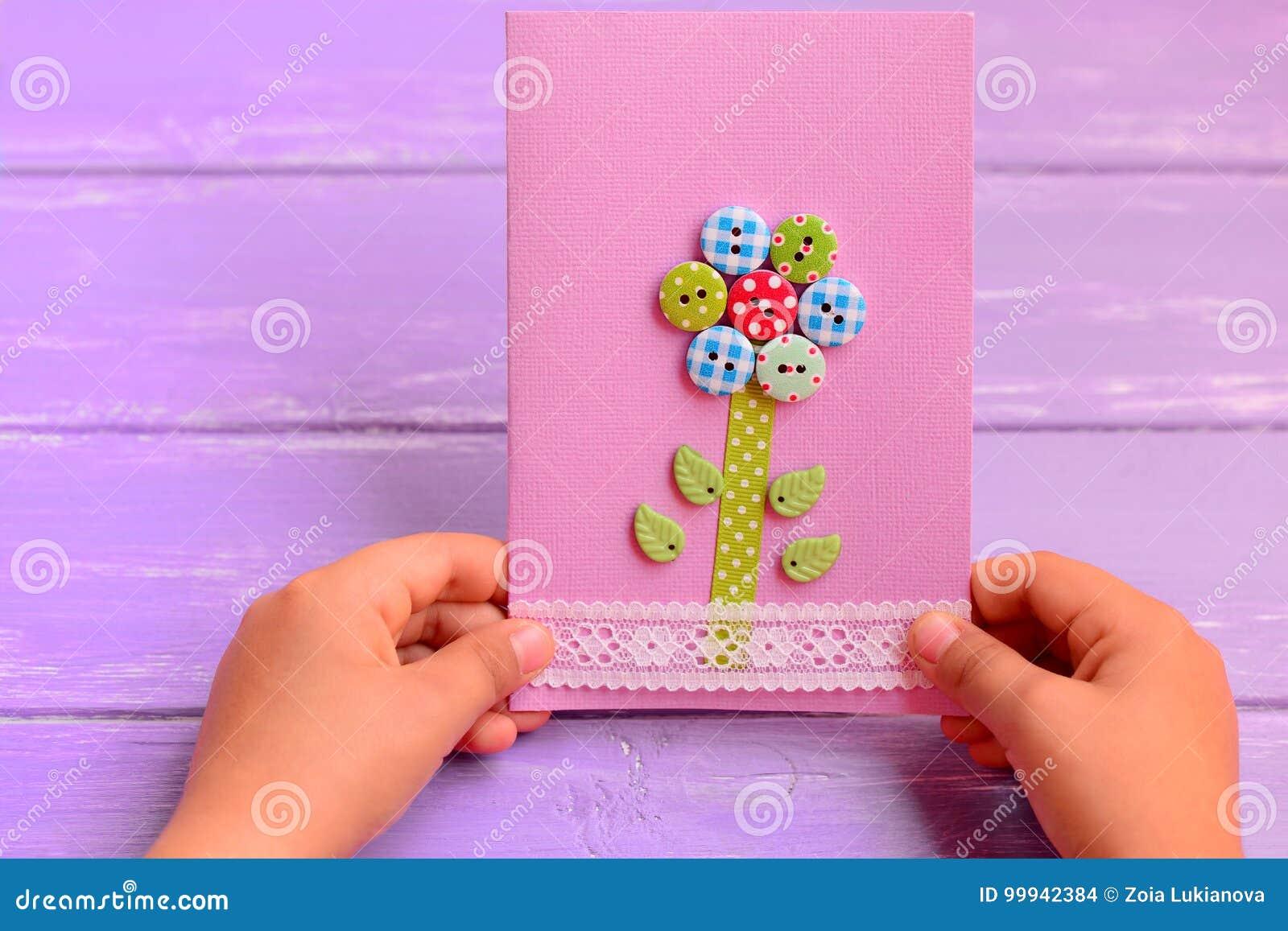 Lenfant Tient Une Carte De Fleur Dans Des Ses Mains Lenfant A Fait