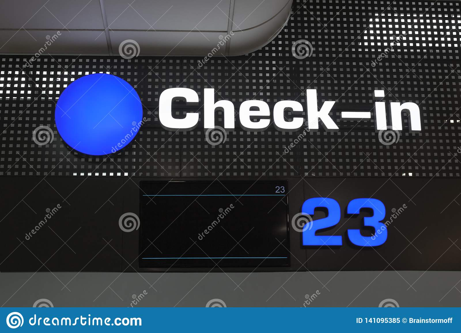 L enregistrement de passagers signent le bureau à l aéroport international