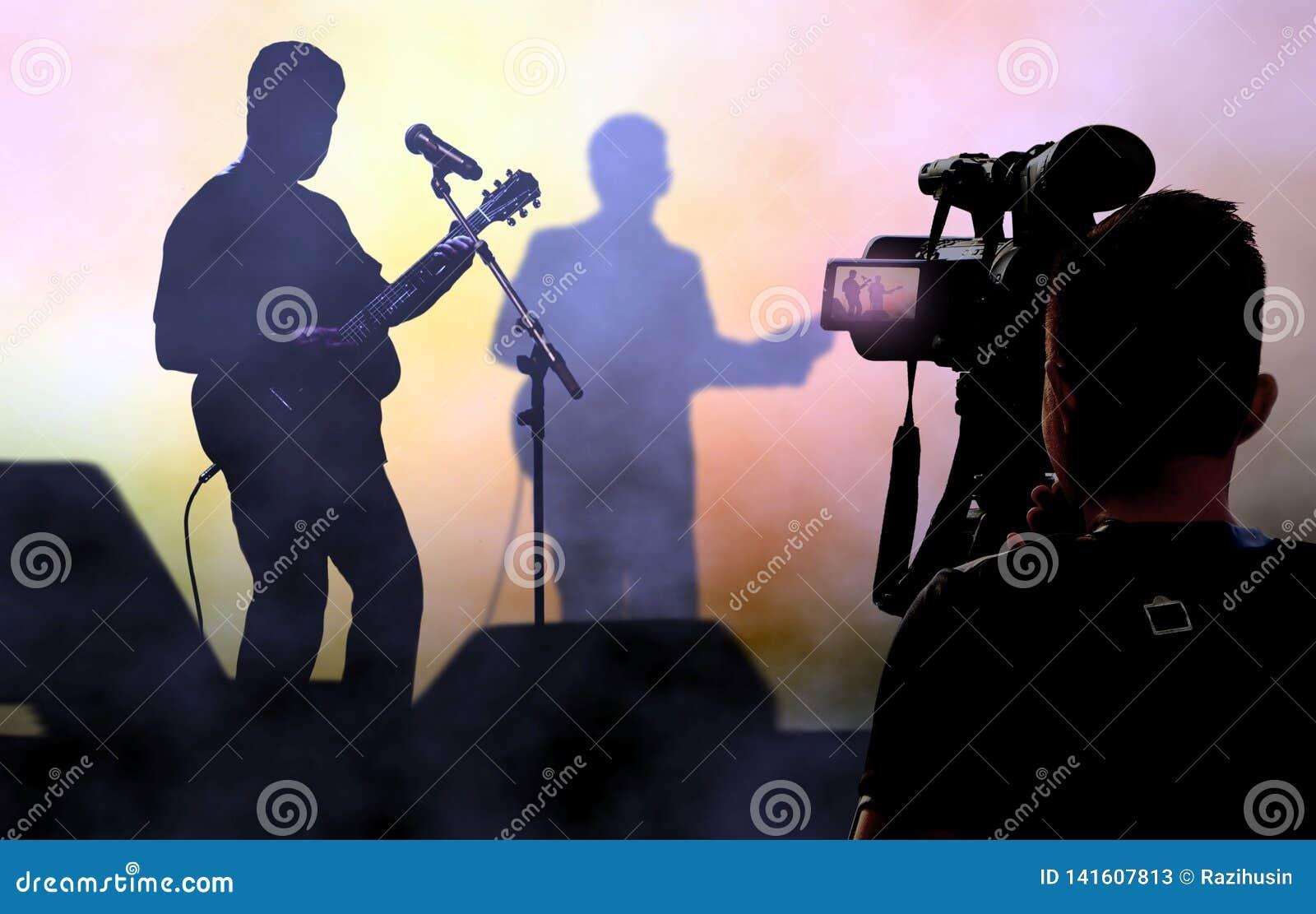 L enregistrement et la radiodiffusion de cameraman vivent sur des concerts utilisant la caméra vidéo