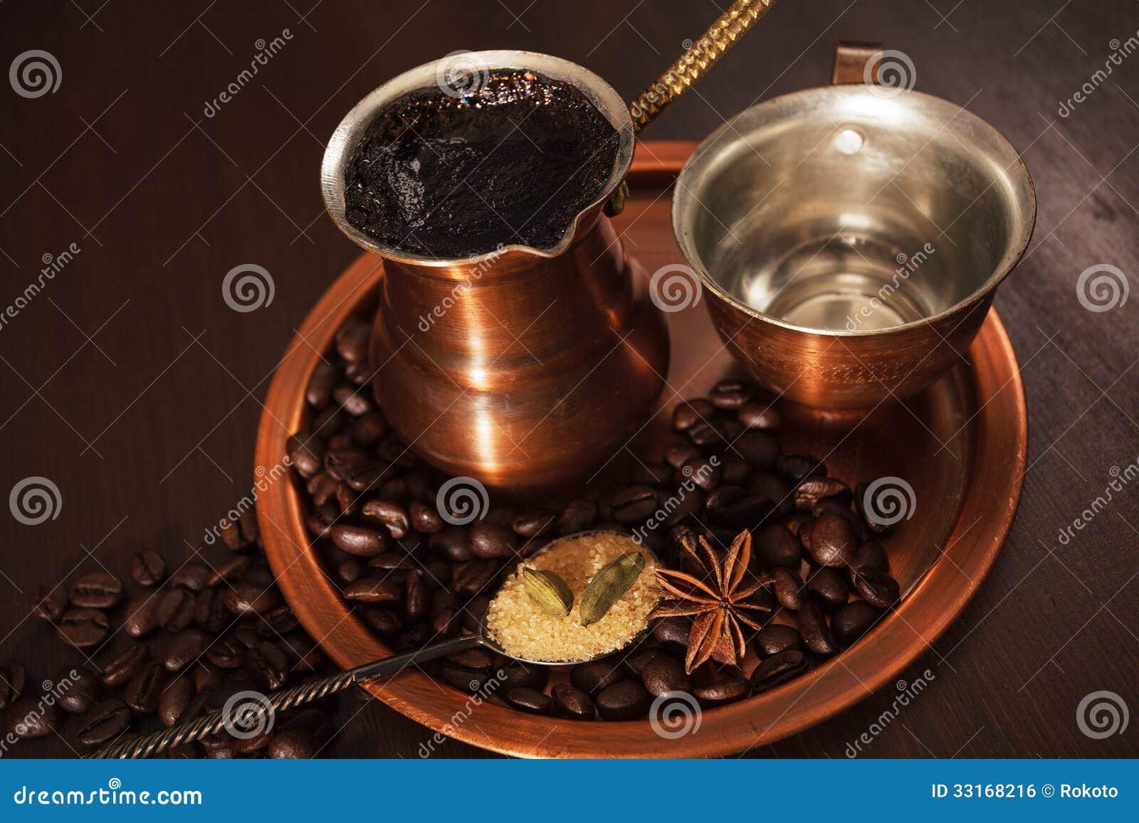 l 39 ensemble d 39 en cuivre pour faire le caf turc avec du caf d 39 pices est pr t tre servi photo. Black Bedroom Furniture Sets. Home Design Ideas
