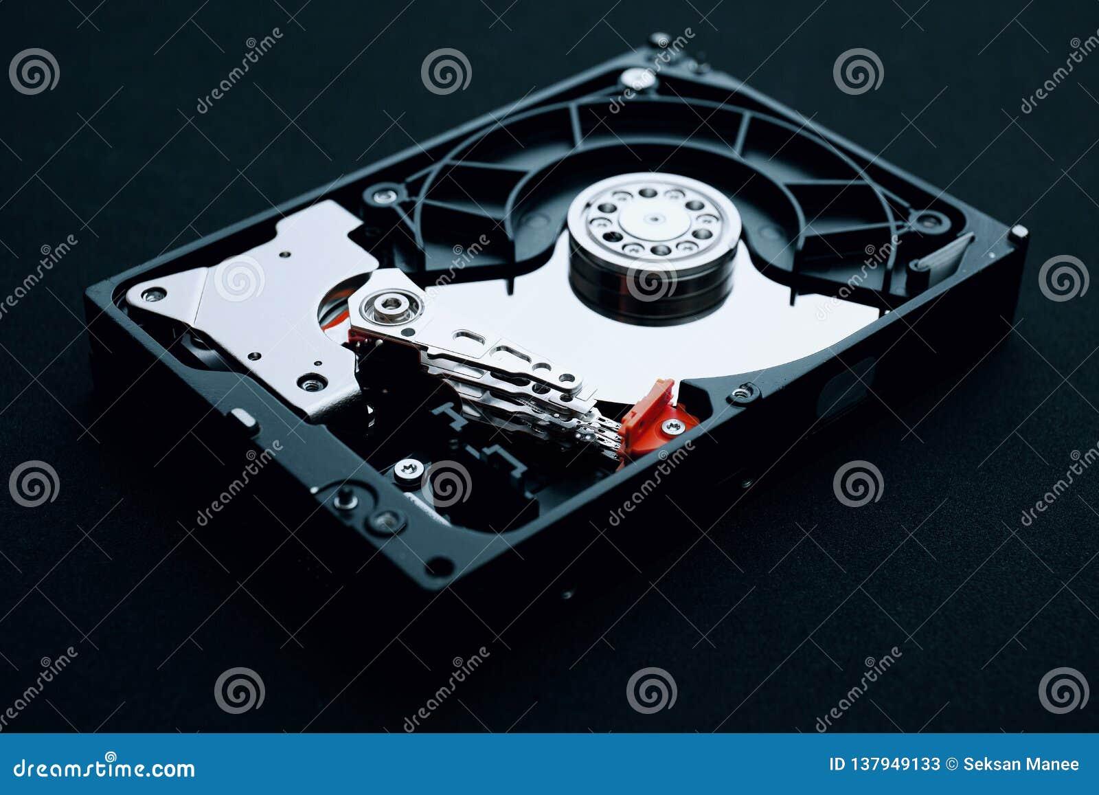 L ensemble d unité de disque dur a découvert, tête de bras et plateaux