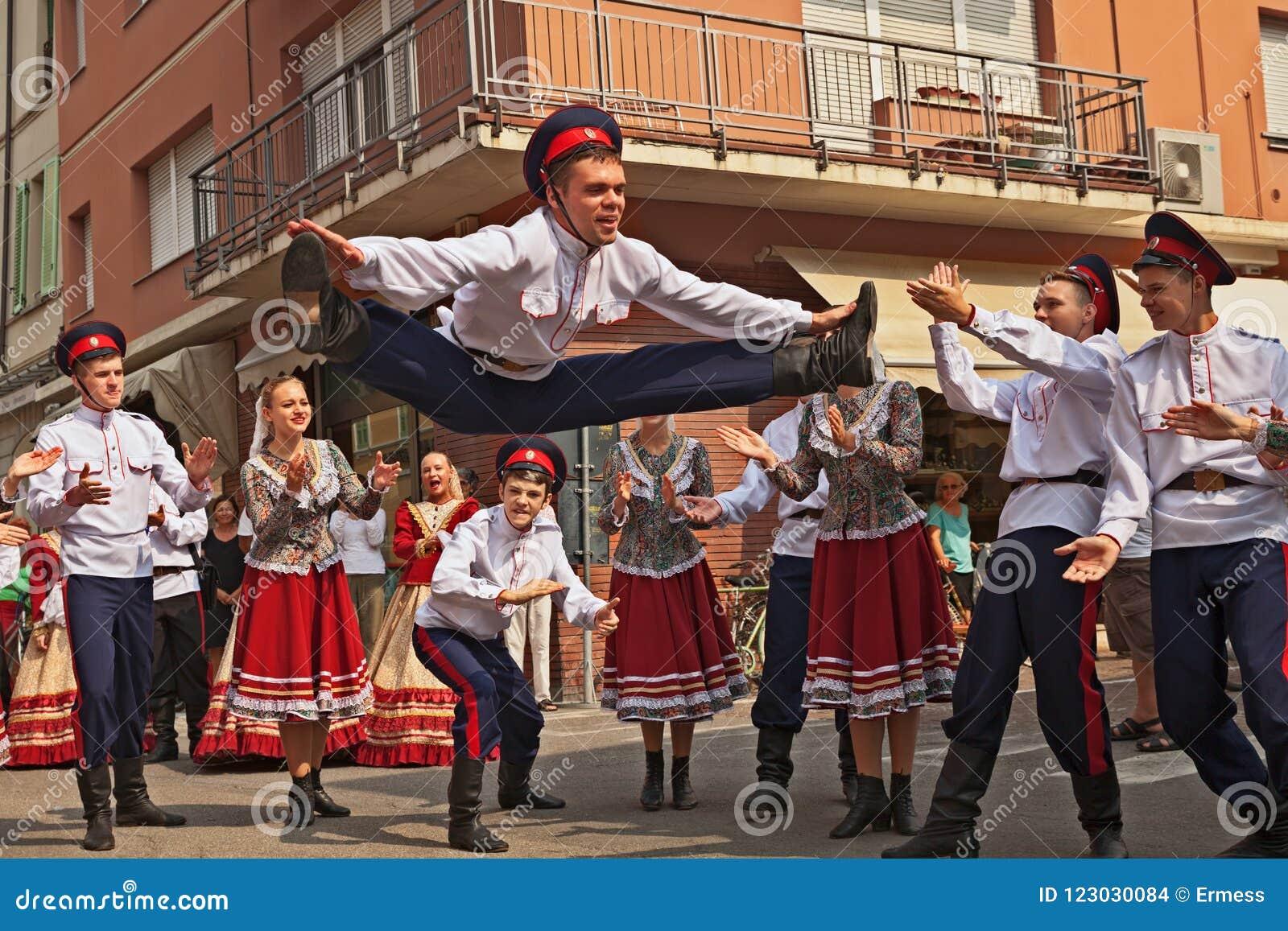 L ensemble de danse folklorique de Russie exécute la danse traditionnelle