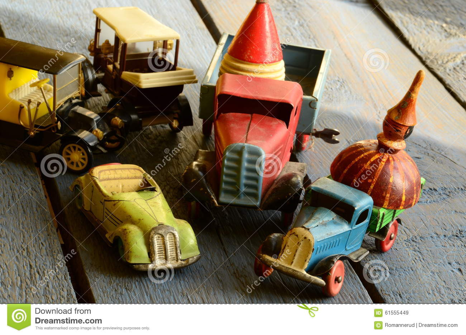 L ensemble de vintage joue - la voiture convertible de jouet, camions (camions) jouent, jouet de voiture de courrier et dessus (d