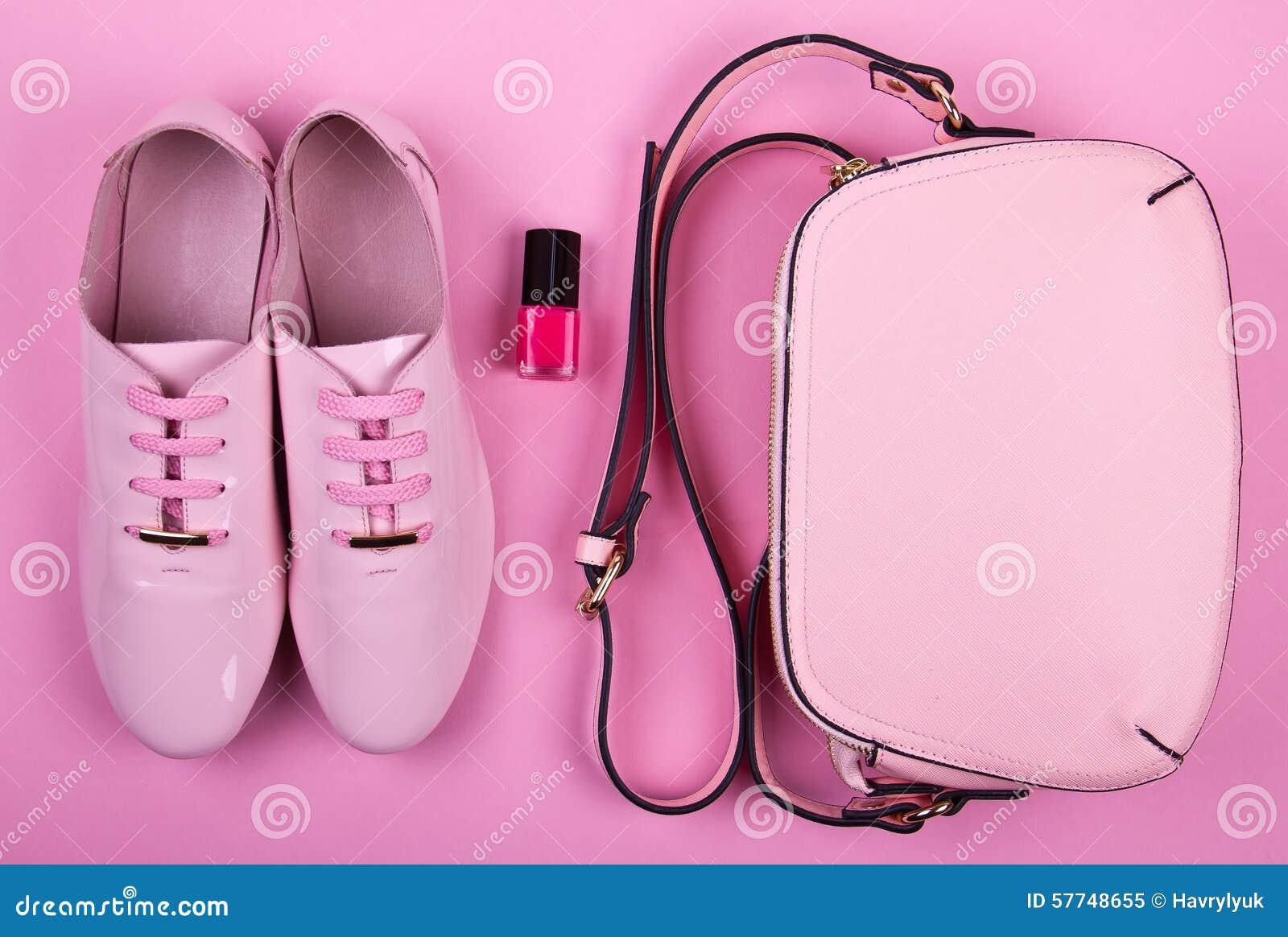 L ensemble minimal des belles femmes d accessoires de mode sur un fond rose
