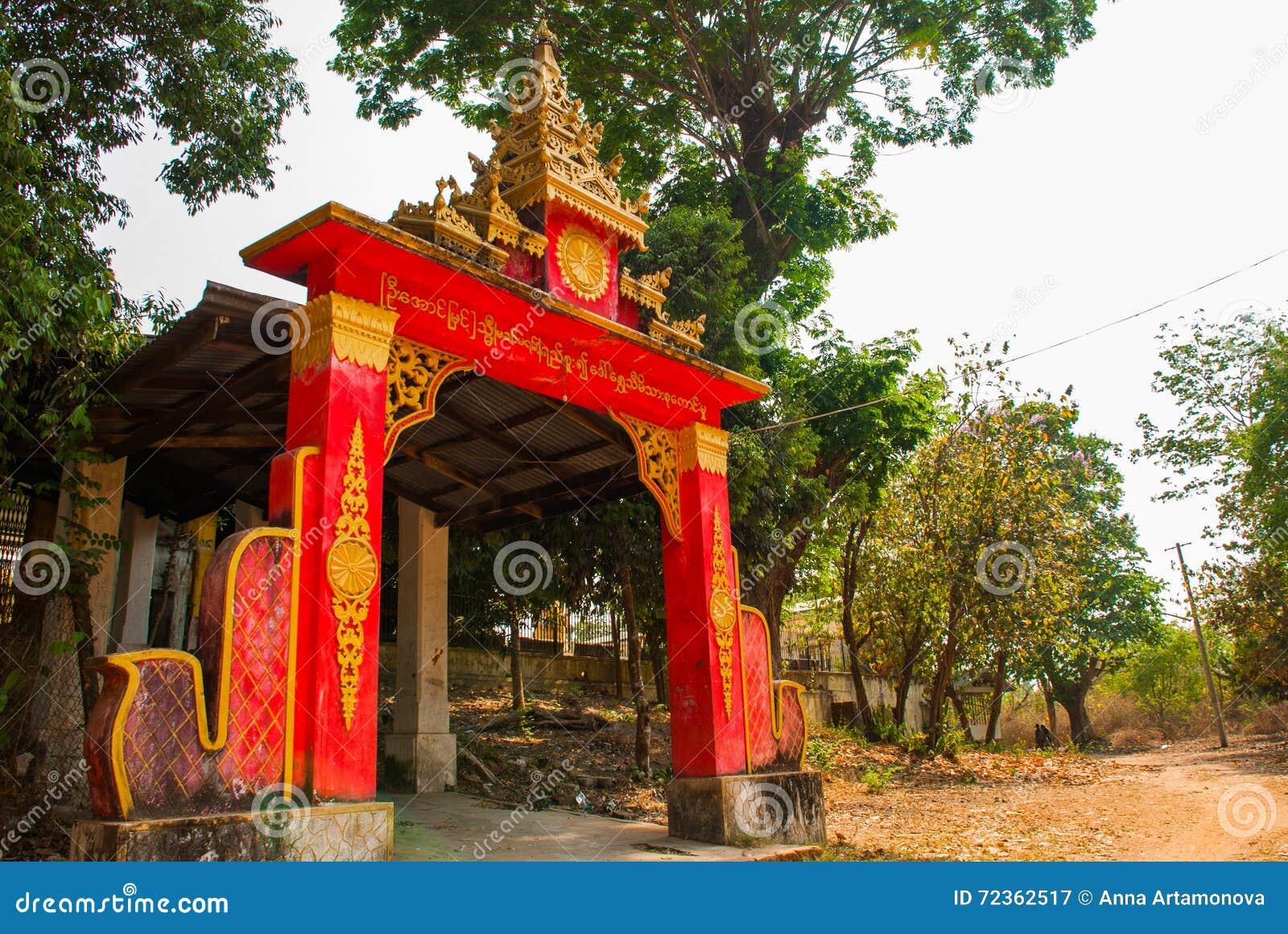 L entrée au temple Pagoda Kyaikpun Bouddha Bago, Myanmar burma