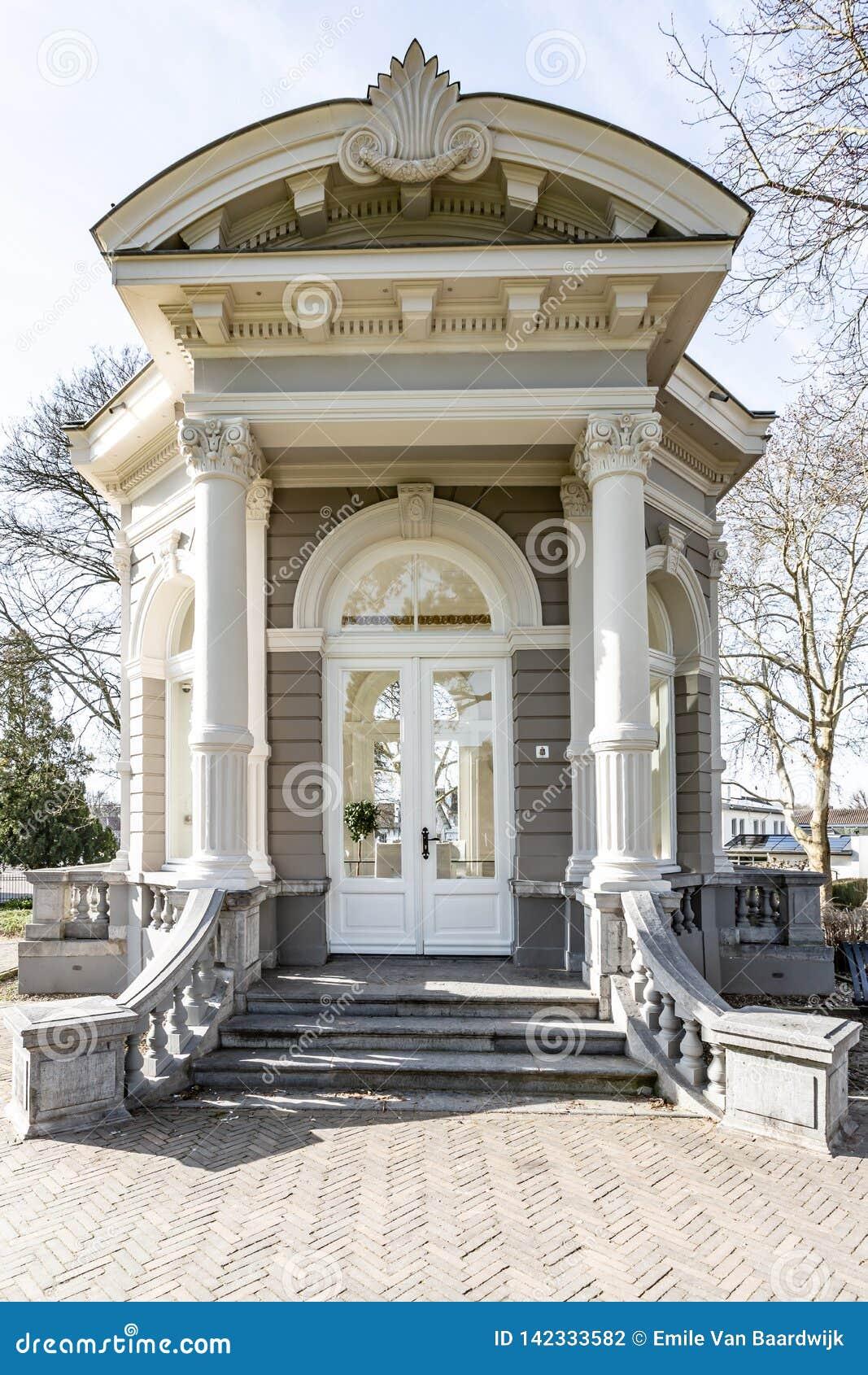 L\'entrée Du Dôme Ou Du Gloriette De Thé Avec Un Escalier En ...